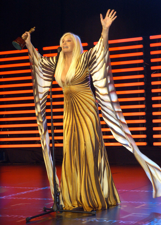 Con un diseño de Roberto Cavalli, estampado con mangas campana XL y con solamente anillos dorados, Susana Giménez recibía su Martín Fierro en la edición 2007 (NA)