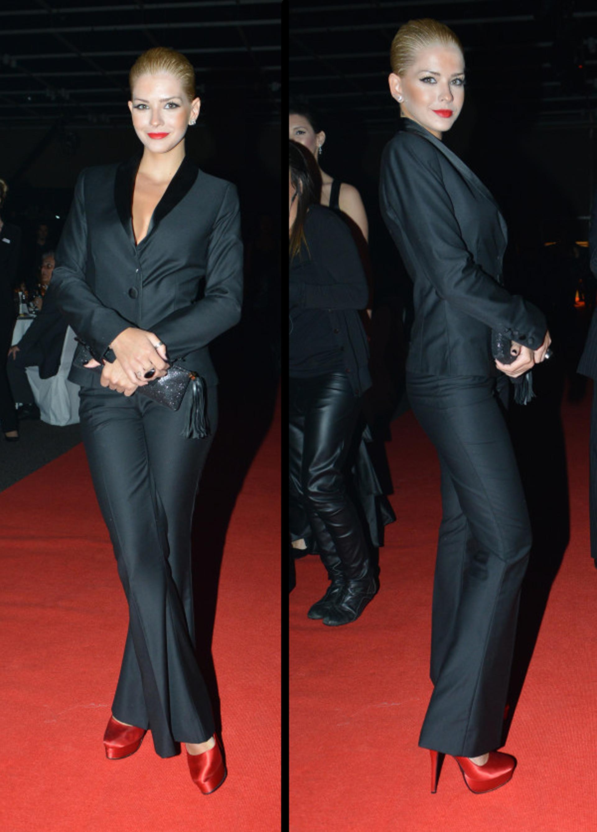 La china Suárez en la entrega de premios 2012, con smoking y plataformas diseñadas por Ricky Sarkany. La bijoux que acompañó a la actriz fueron dos anillos en negro y plateado más unos delicados aros clip