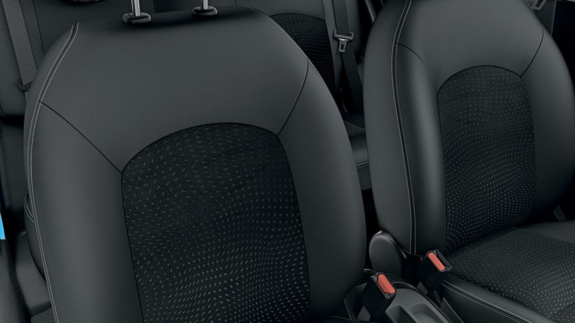 Por dentro, el elegante estilo del efecto de tapizado de gamuza en las superficies de los asientos que hacen juego con los encajes de los paneles de las puertas. La doble costura de contraste añade el toque final