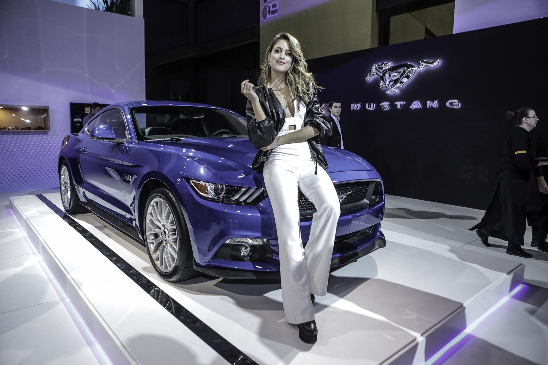 Agustina Casanova junto al Mustang