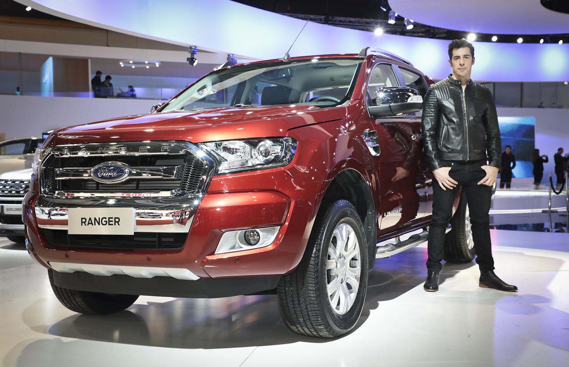 El actor Esteban Lamothe se detuvo ante la Ford Ranger