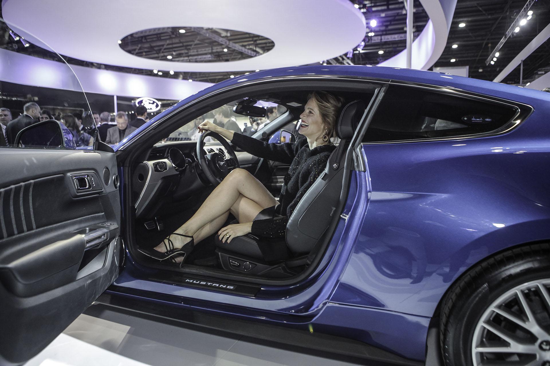 La modelo Liz Solari conoció el Mustang por dentro en el Design Hall de Ford en el Salón del Automóvil
