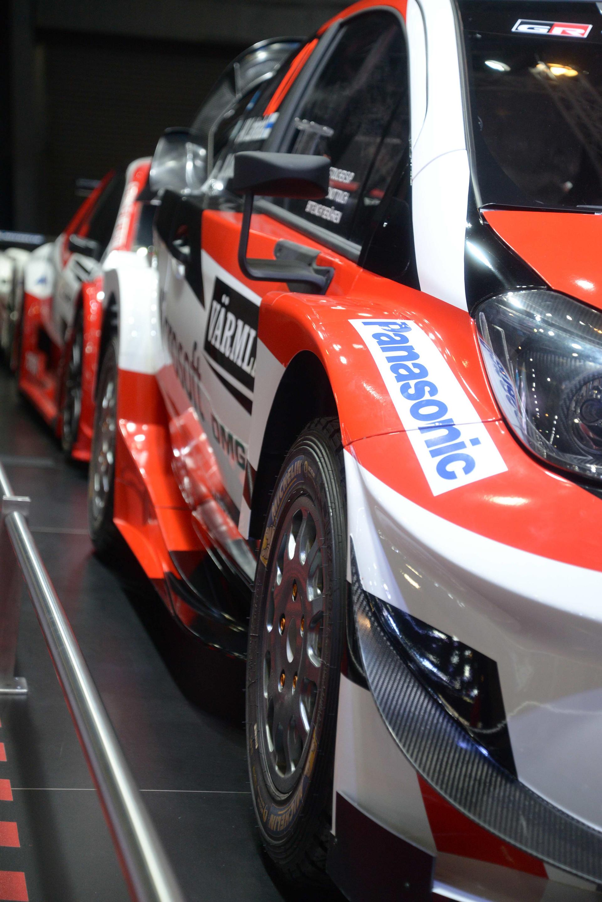 Sobre la izquierda del stand de Toyota y en hilera se exhiben tres de los más bestiales autos de competición del Salón (Enrique Abatte)