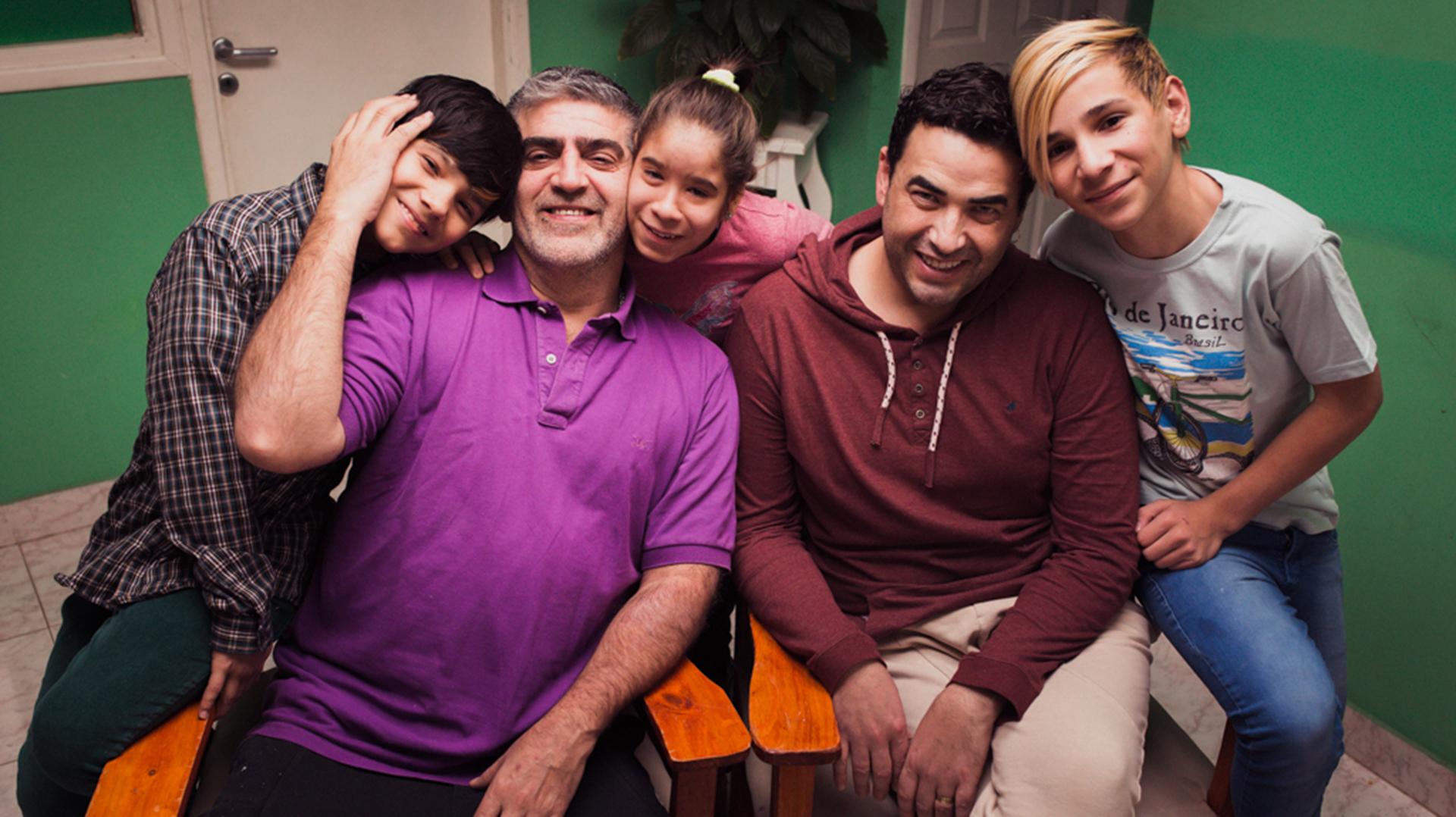 Papá Pablo (de violeta) y Papá Juan. Atrás están Batista, Yanina y David. (Foto: Mónica Echevarría)