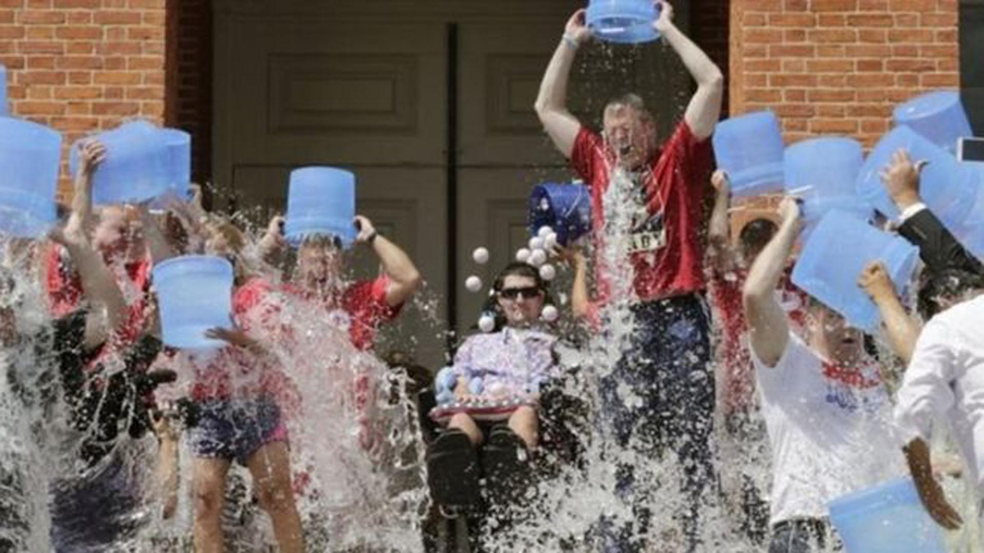 El desafío del balde de agua helada despertó la concientización de la ELA