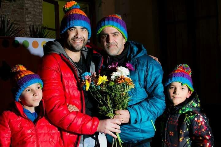 El matrimonio junto a sus dos primeros hijos. A la izquierda David, a la derecha el más chiquito, Batista.