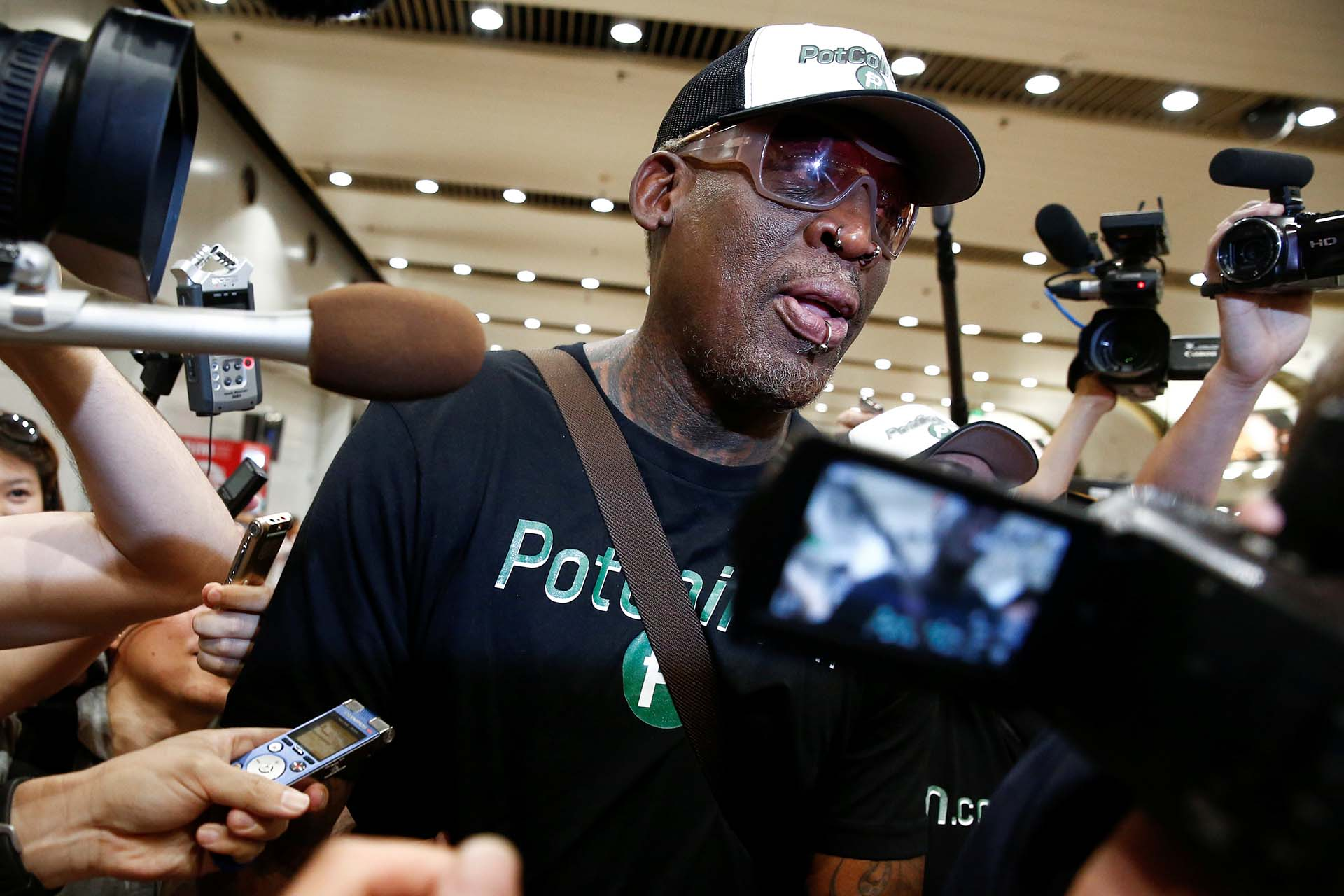 El ex NBA Dennis Rodman es rodeado por la prensa en el aeropuerto de Pekín, China, tras su visita a Corea del Norte