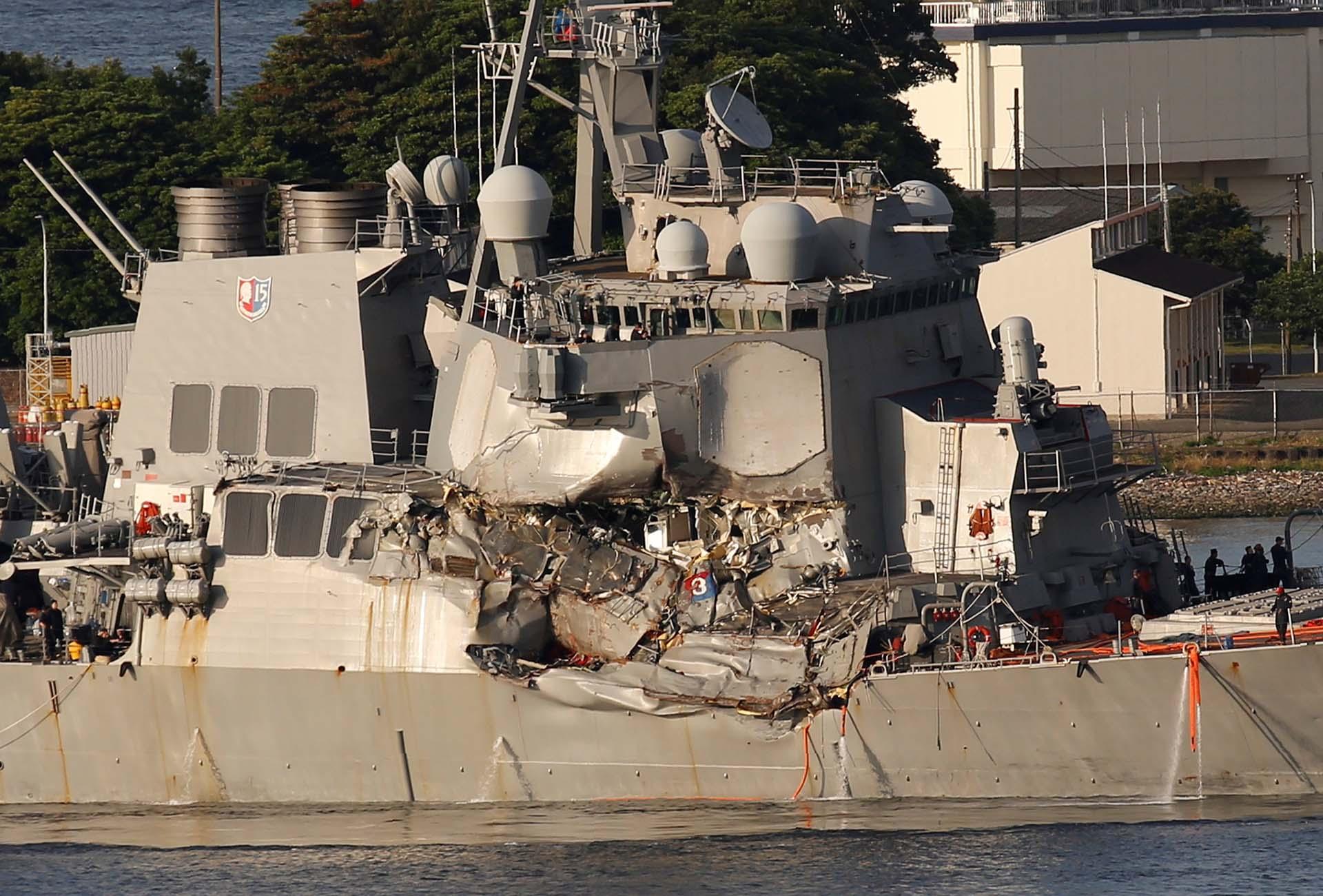 El destructor USS Fitzgerald, dañado al chocar con un buque mercante filipino, llega a la base naval estadounidense en Yokosuka, al sur de Tokio, Japón