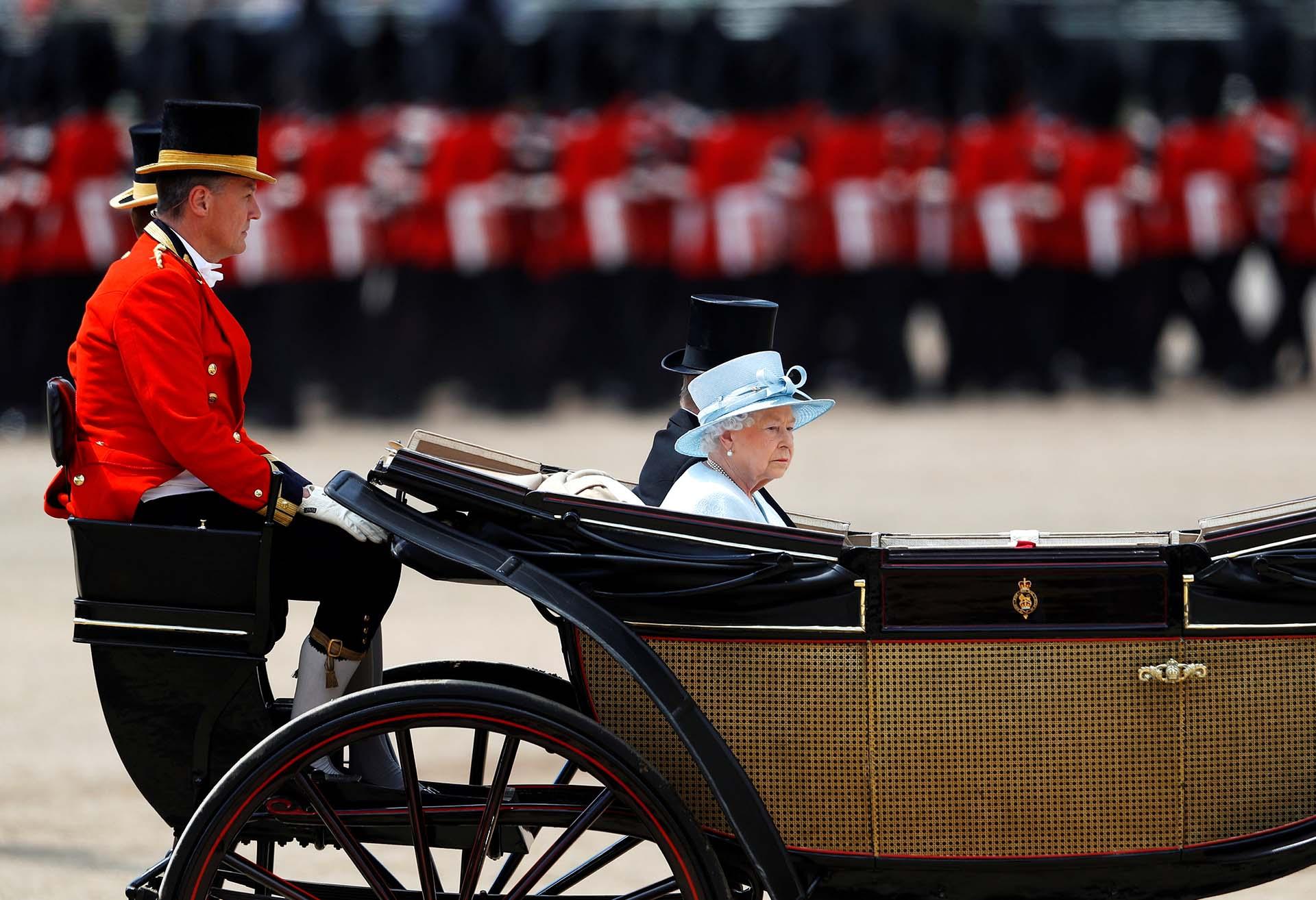 La reina Isabel de Gran Bretaña y el príncipe Philip asisten al evento Trooping the Colour en Londres