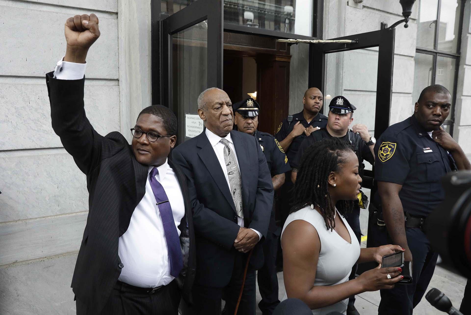 Bill Cosby sale del tribunal del condado de Montgomery con su publicista Andrew Wyatt después de que el juicio por agresión sexual fueraanulado porque el jurado no logró alcanzar un veredicto