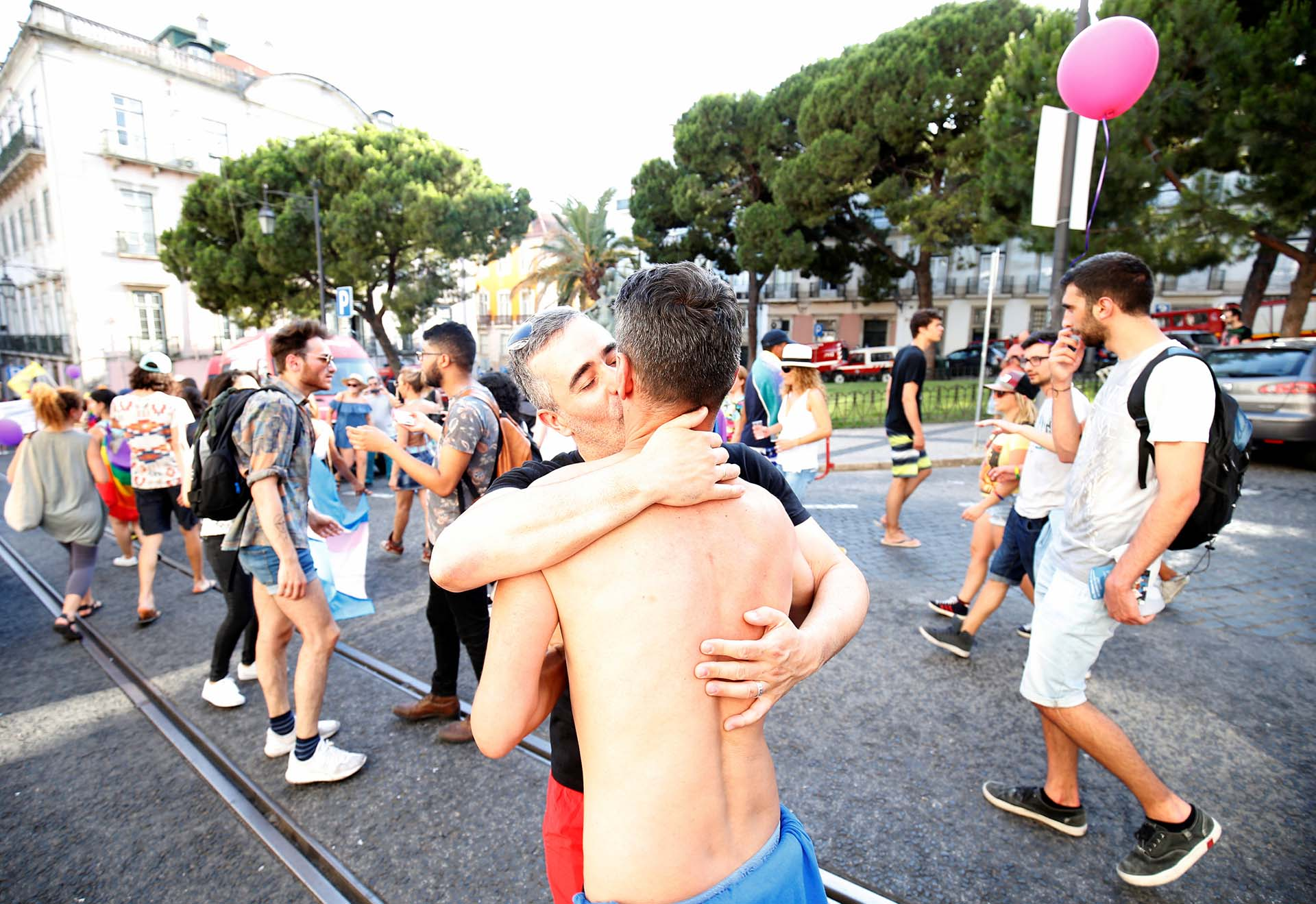 Manifestantes se besan durante el desfile de orgullo gay en el centro de Lisboa, Portugal