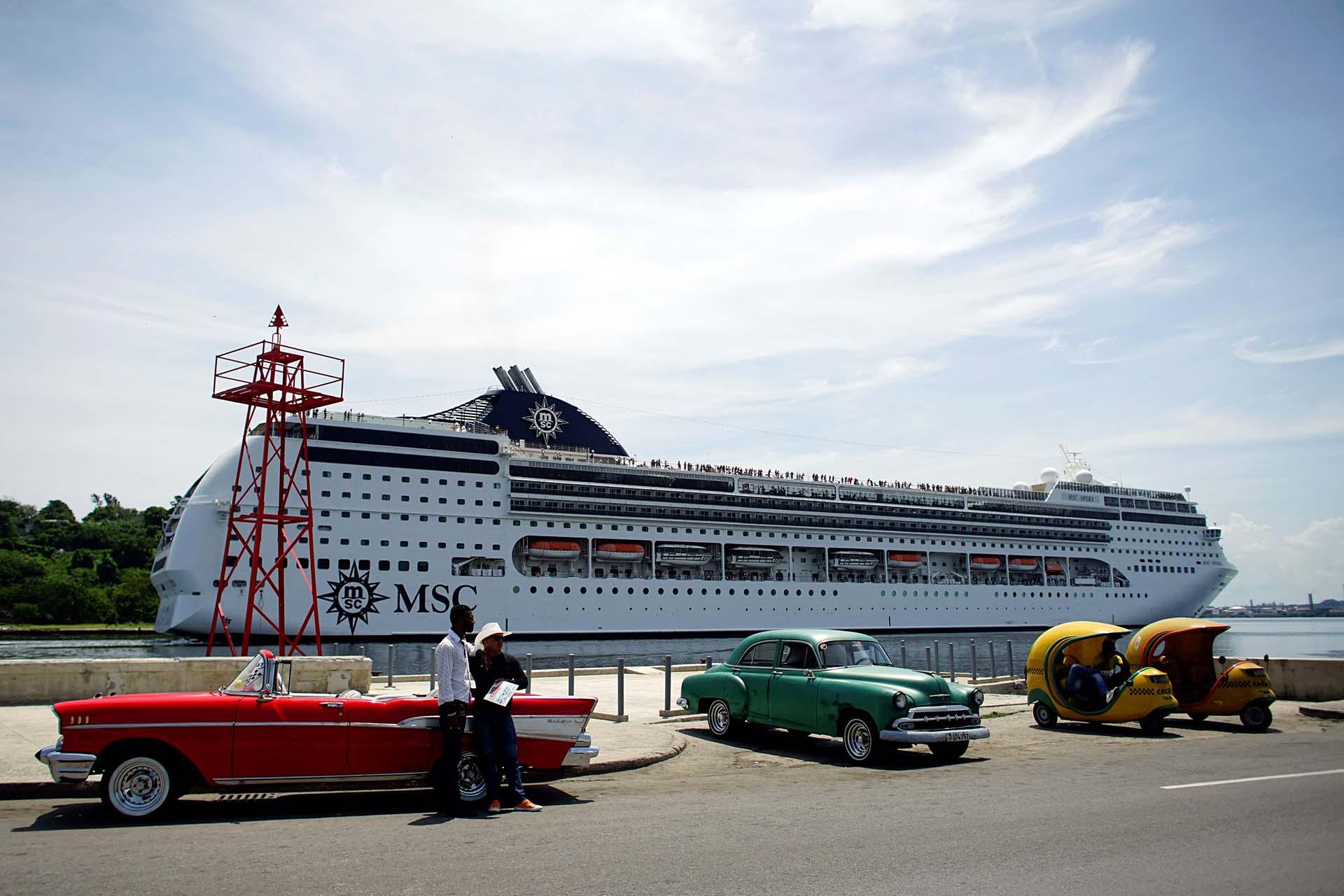 Los taxistas en La Habana, Cuba, esperan a los clientes mientras llega el crucero MSC Opera. Fotos: Reuters