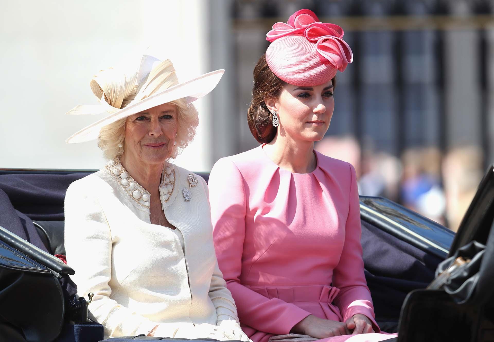 La esposa del príncipe Carlos eligió un traje claro con piedras en el cuello y un gran sombrero de lado
