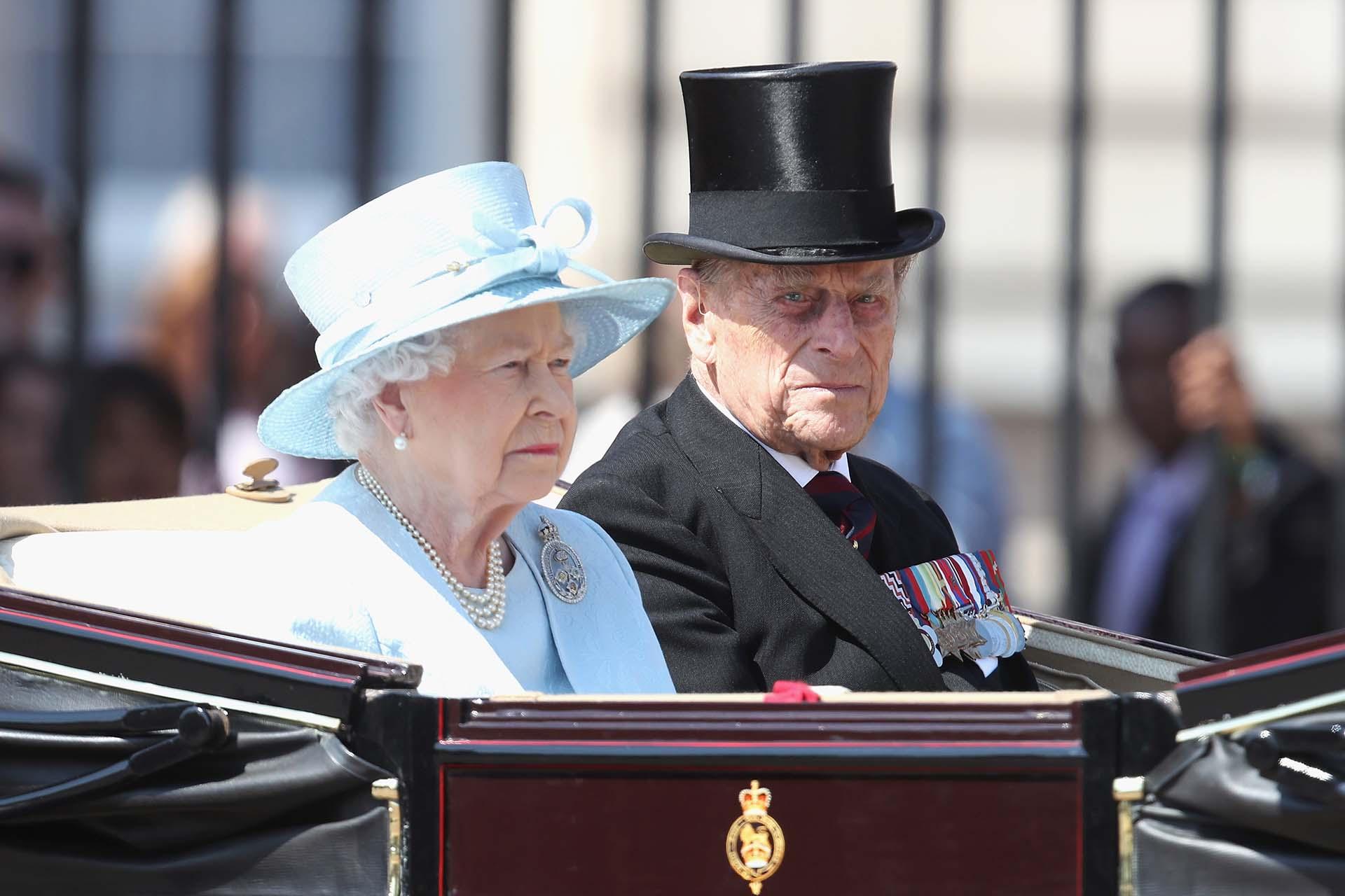 La paseo en carruaje de la reina Isabel junto a su marido Felipe, duque de Edimburgo