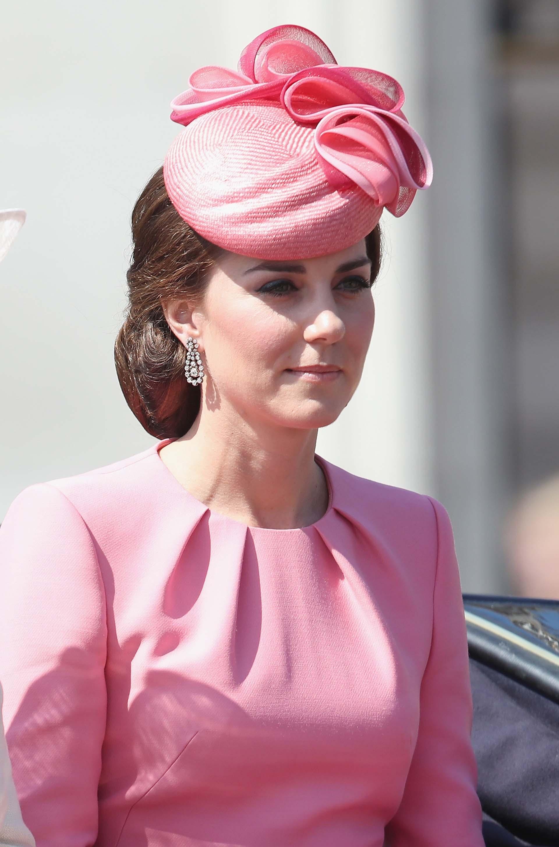 La duquesa eligió un look rosa monocromático, un delicado tocado y fabulosos pendientes de brillantes