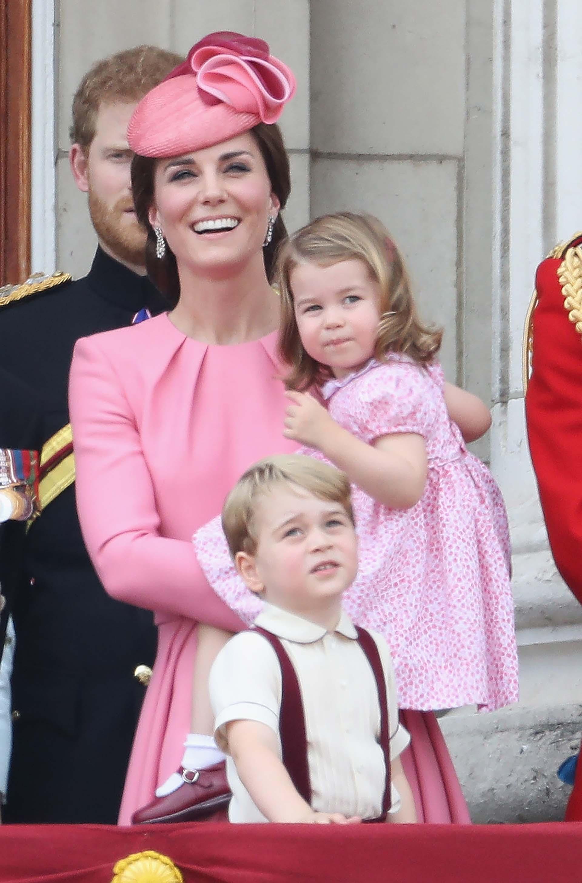 La pequeña Charlotte también estaba vestida del mismo color que su madre, mientras que el príncipe Jorge lució una camisa con tiradores