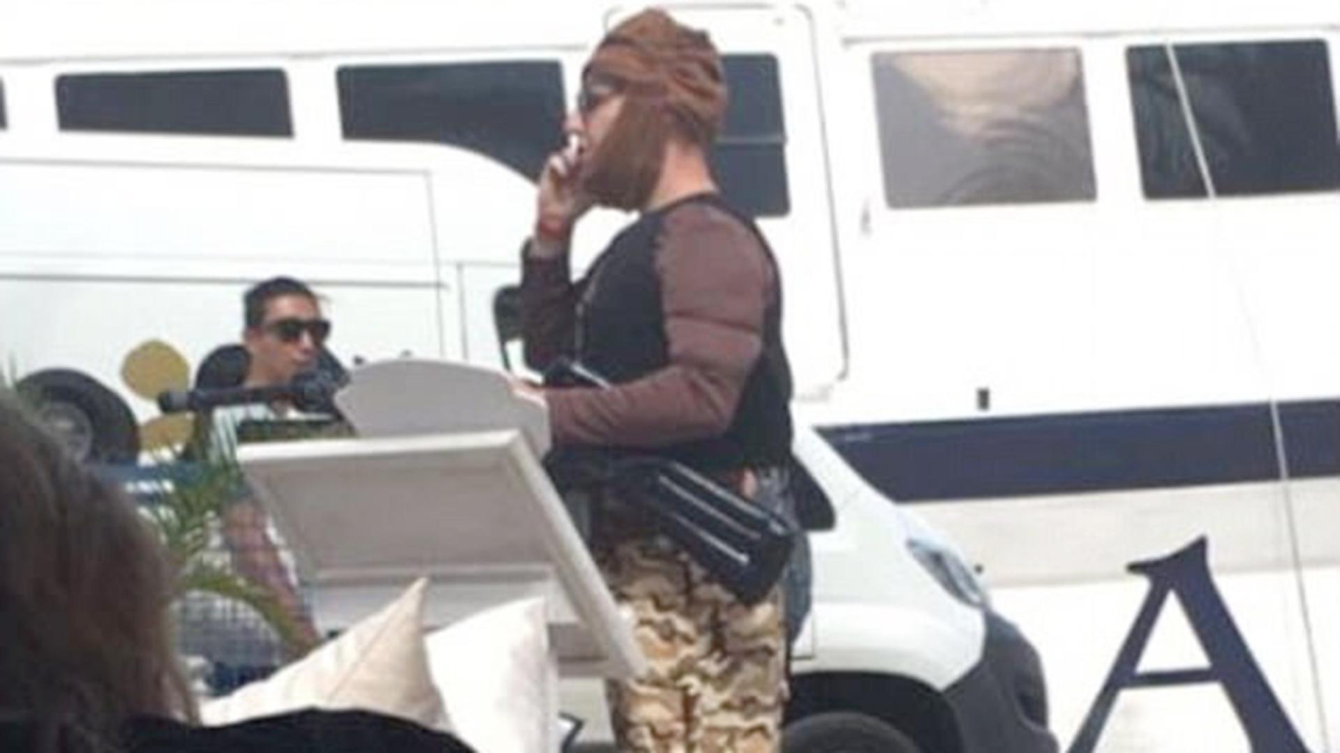 """Según el hombre, no era un disfraz de terrorista sino de """"pirata somalí"""" (@ashleighcowie)"""