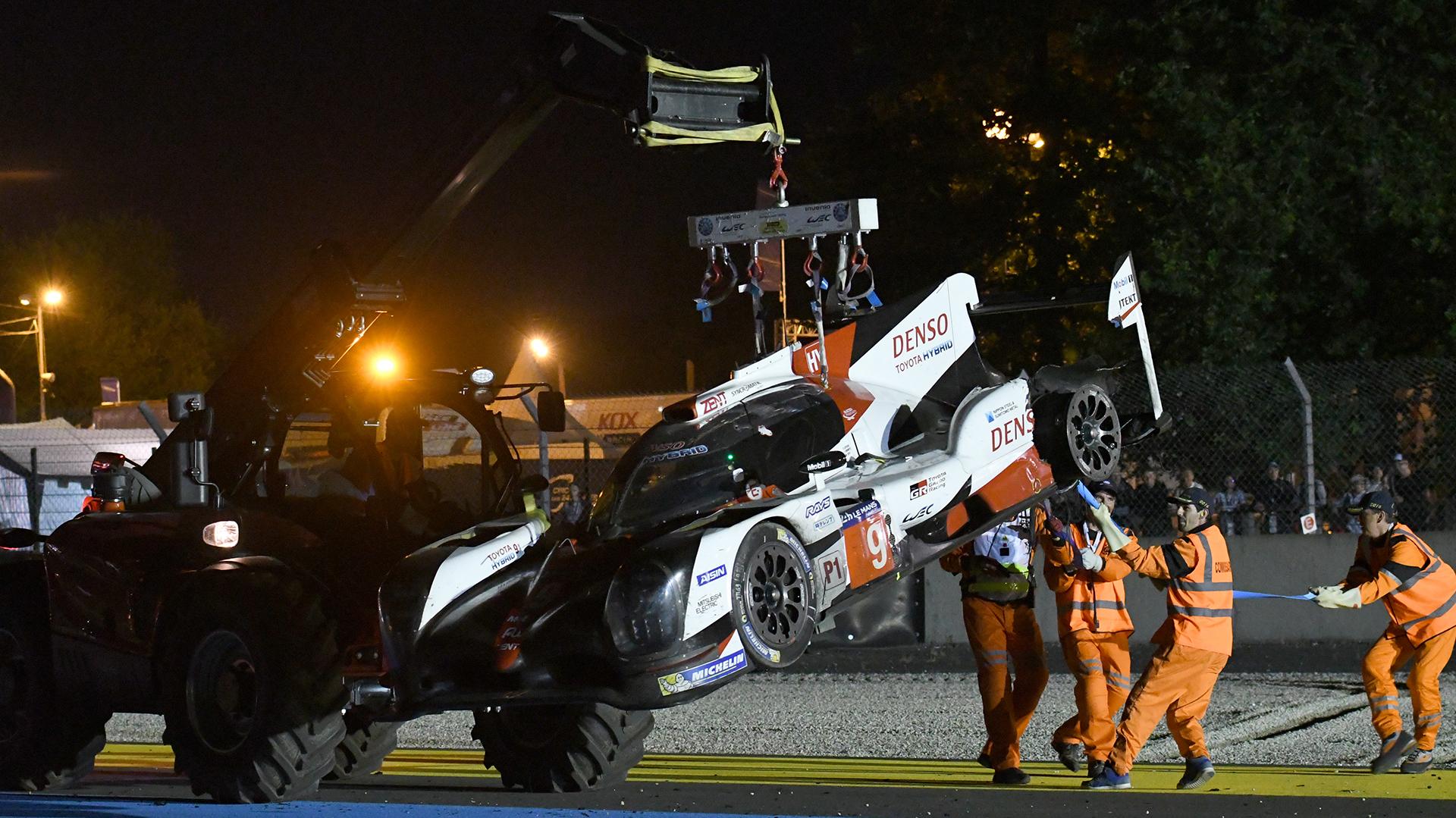 Era casi la 1.30 de la mañana de Francia, cuando el vehículo número 9 que manejó el piloto Argentino fue retirado de la pista por una grúa (AFP)