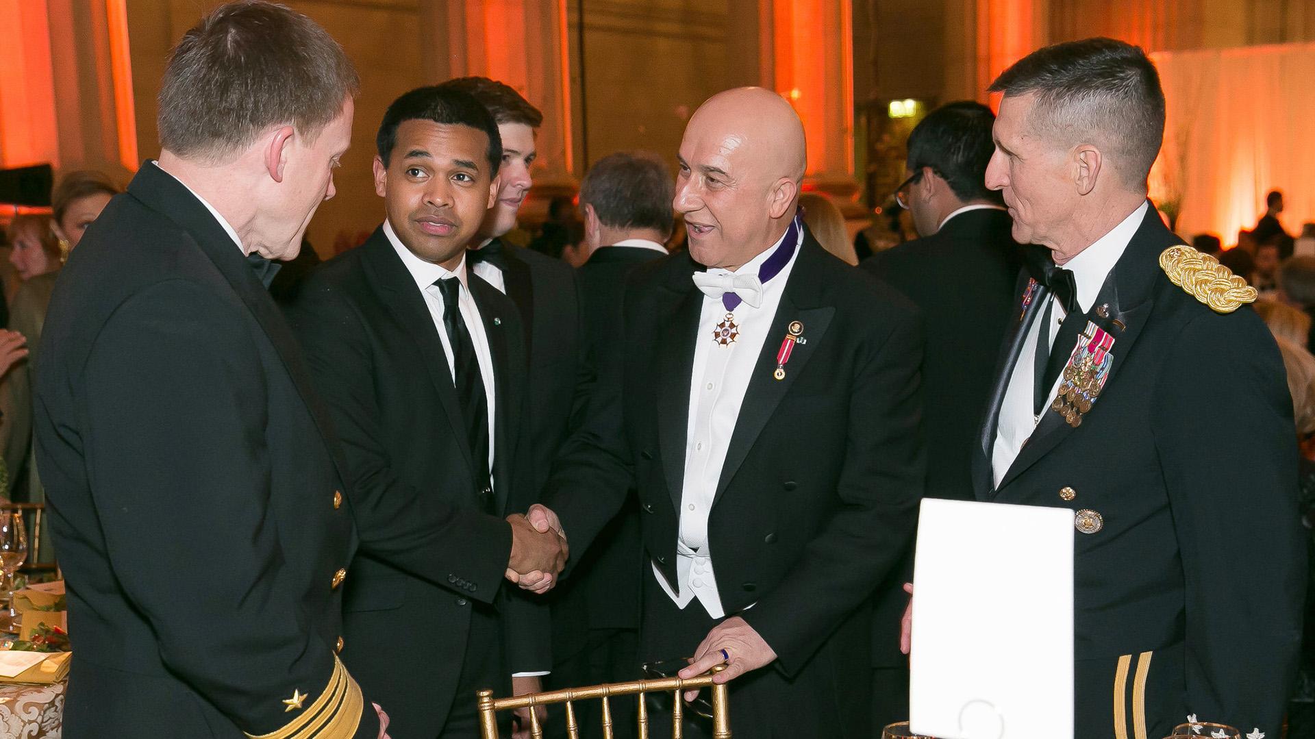 Michael Flynn (derecha) junto a Bijan R. Kian (centro-derecha) en 2014 (AP)