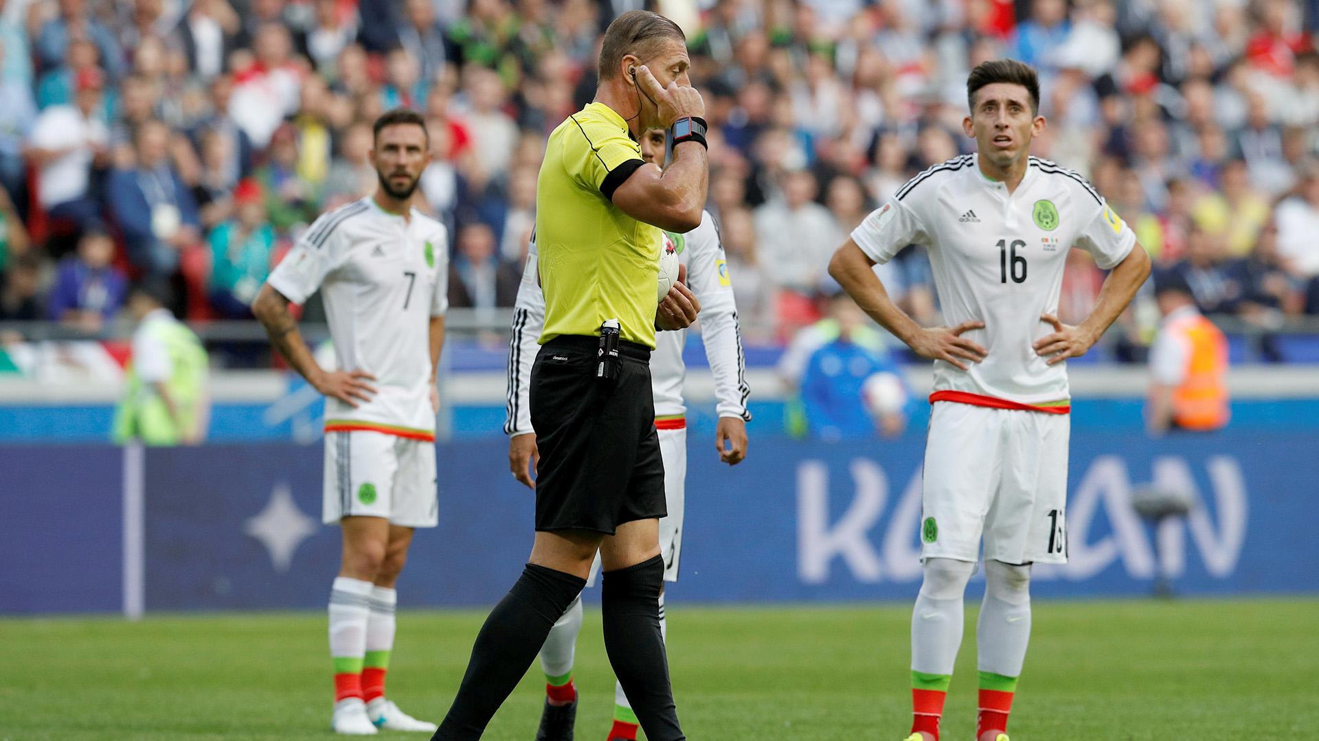 Néstor Pitana decidió apoyarse en el VAR para saber si el gol de Portugal fue válido (Reuters)
