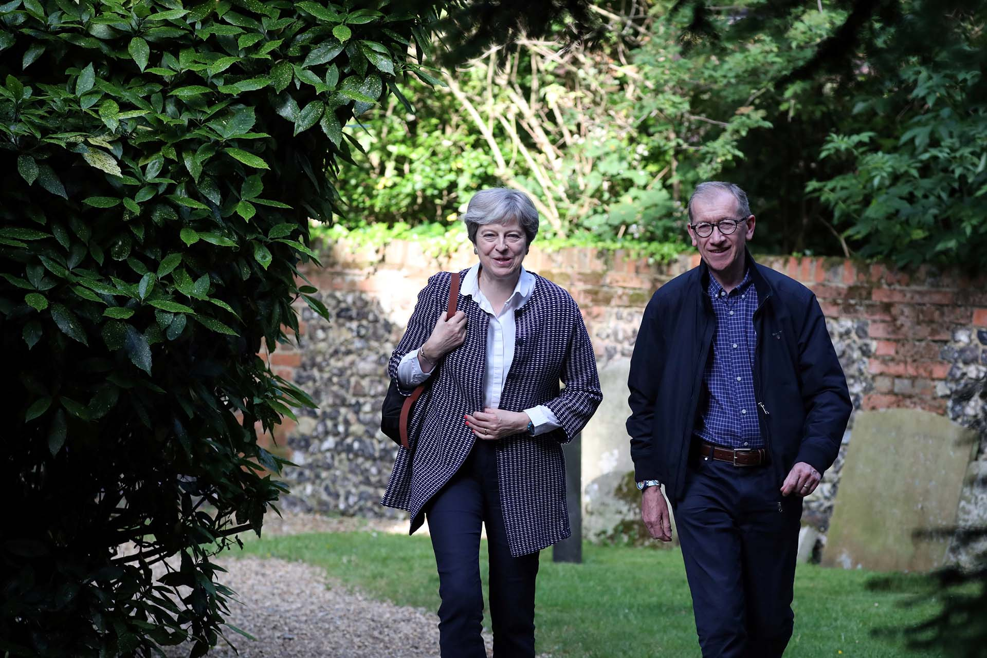 Theresa May y su esposo Philli llegan a una iglesia en Sonning (Reuters)