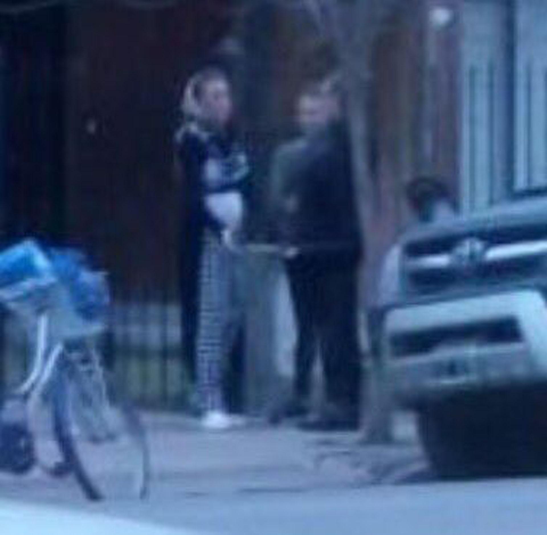 Gisela, dialogando con sus vecinos (@angeldebritook)