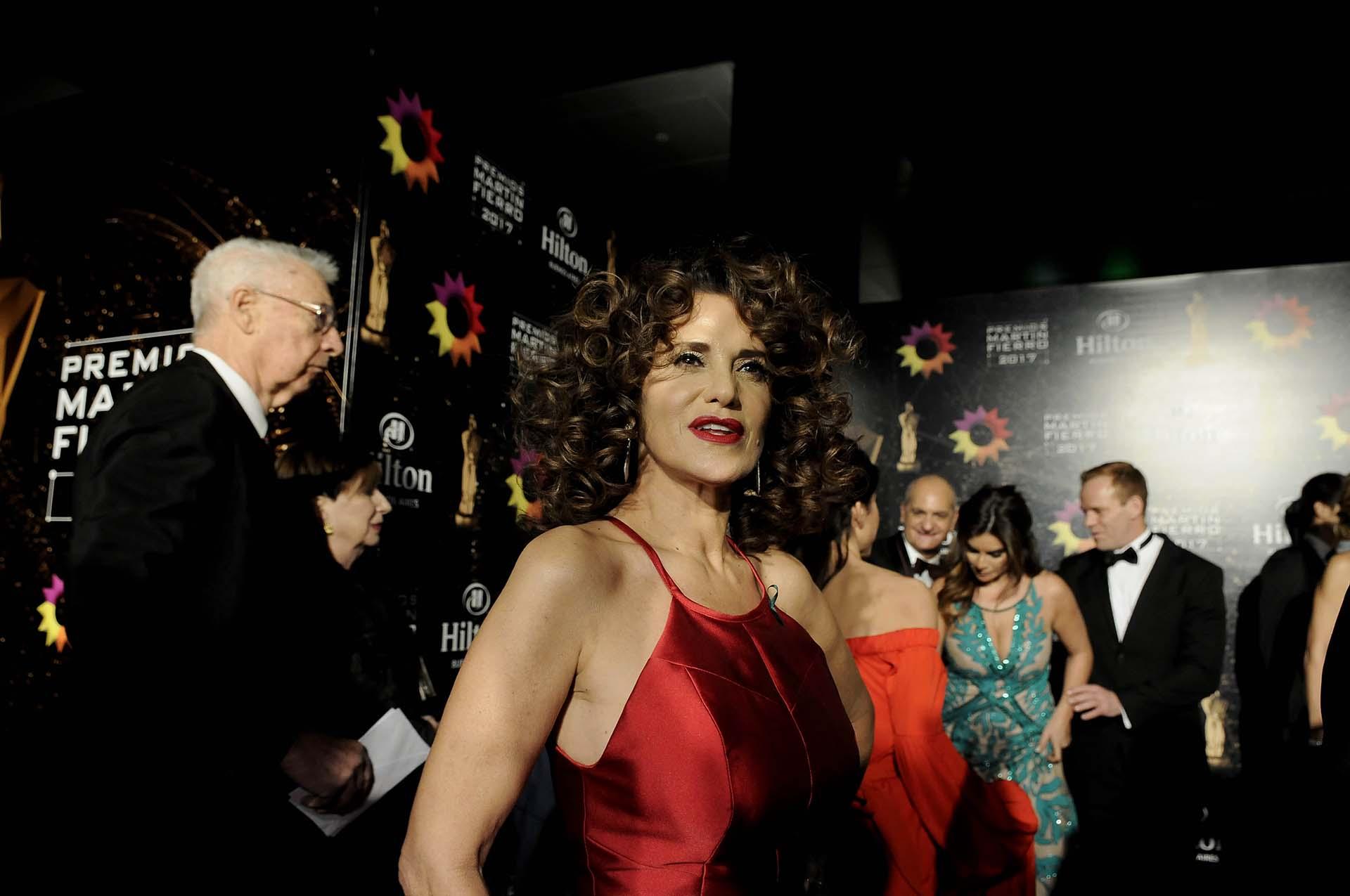María Fernanda Callejón, por Laurencio Adot, en rojo (DyN)