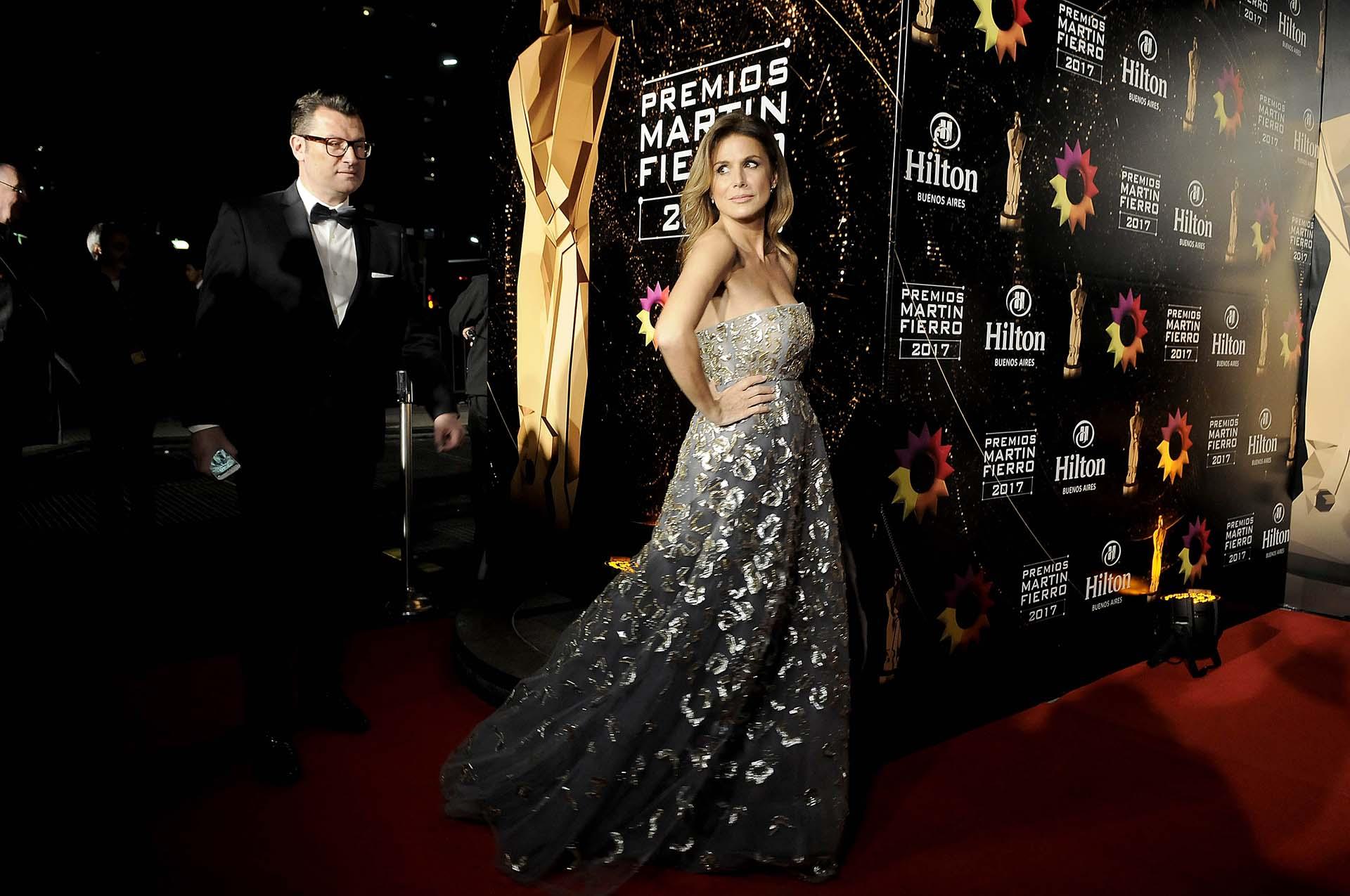Flavia Palmiero, por Oscar de la Renta, vestido strapless gris bordado a mano, con cristales Swarosky (DyN)