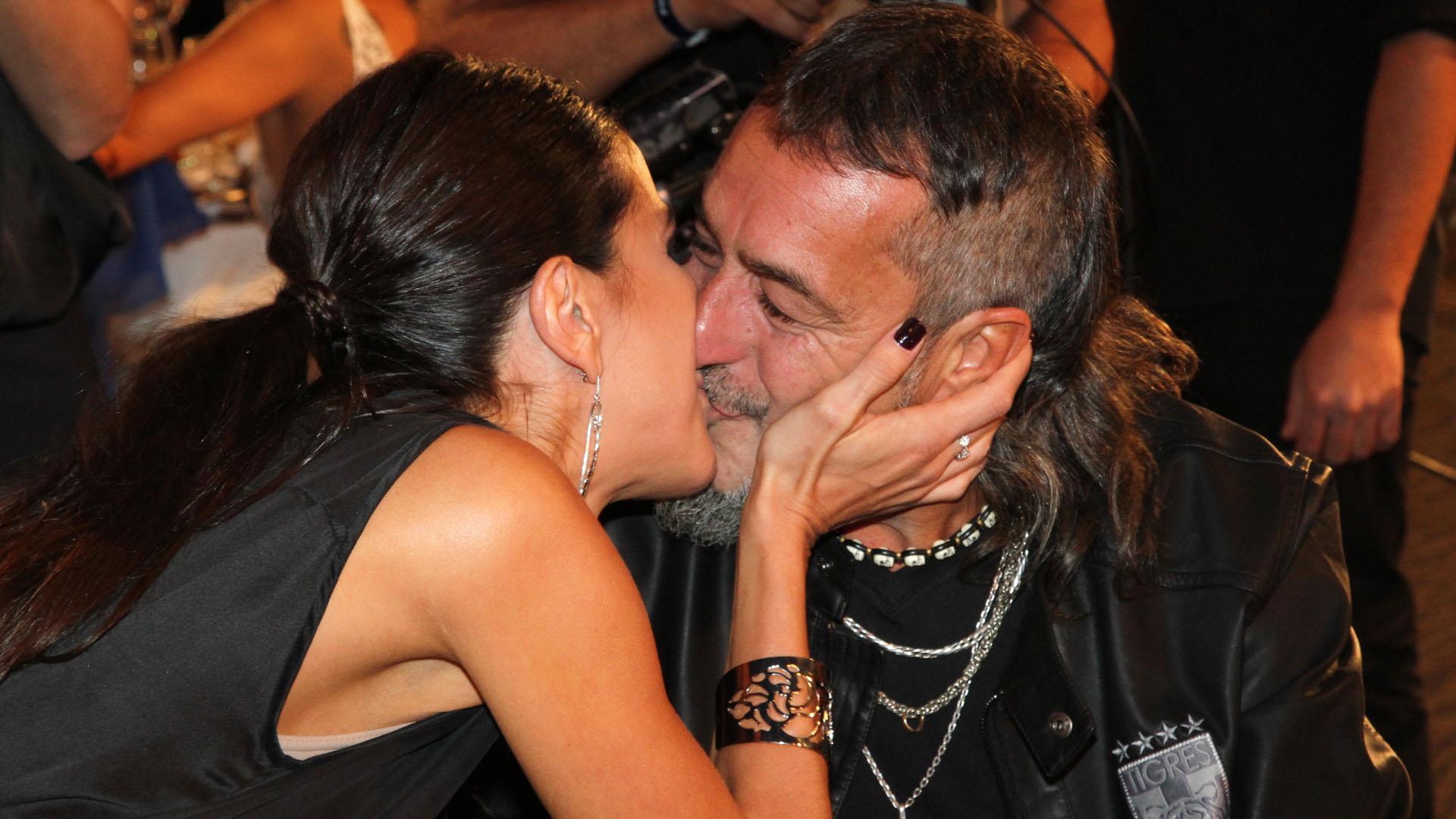 """El beso de Andrea Rincón y el """"Mono"""" de Kapanga"""