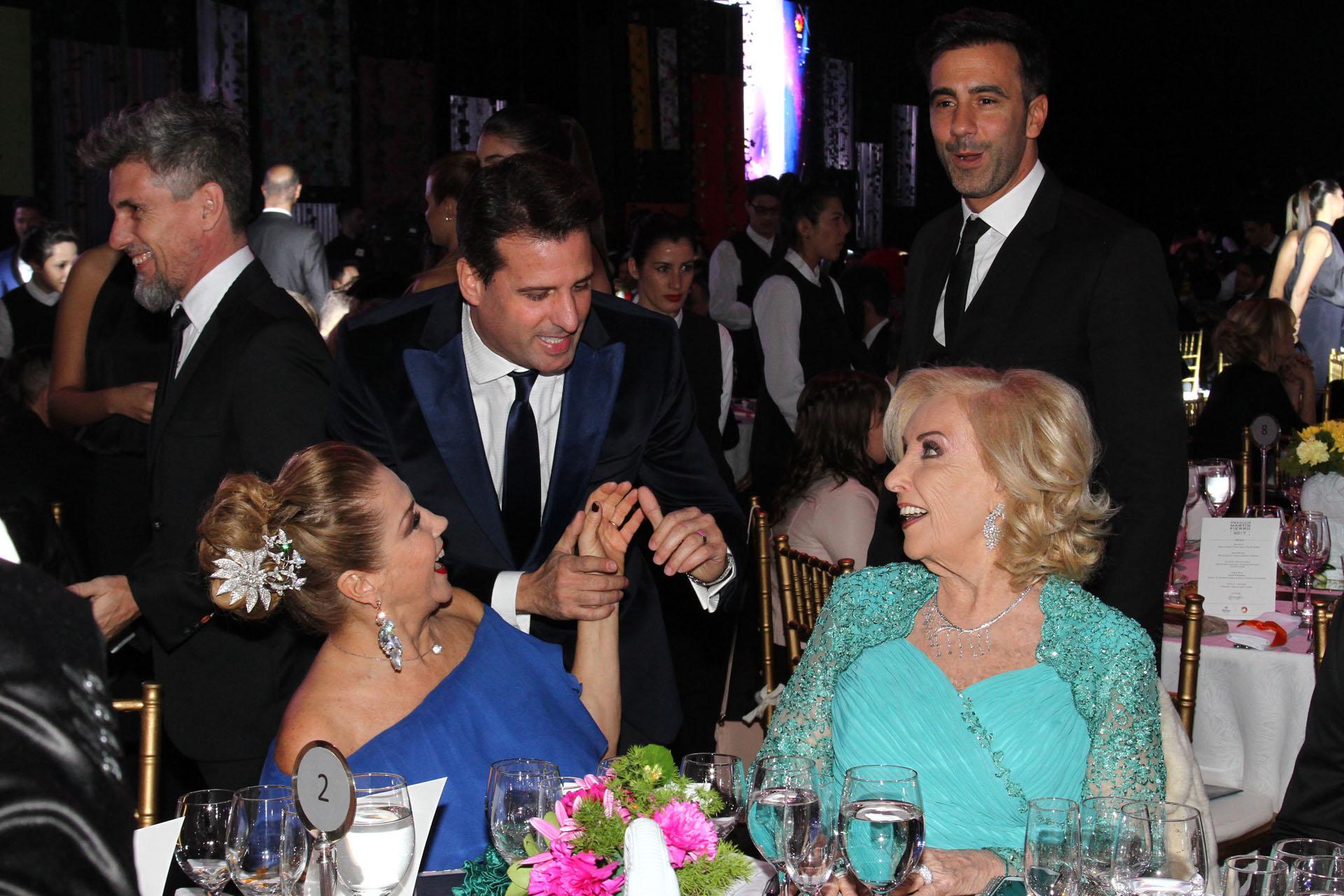 José María Listorti saludando a Mirtha Legrand y a Marcela Tinayre, detrás Federico Hoppe y el Chato Prada