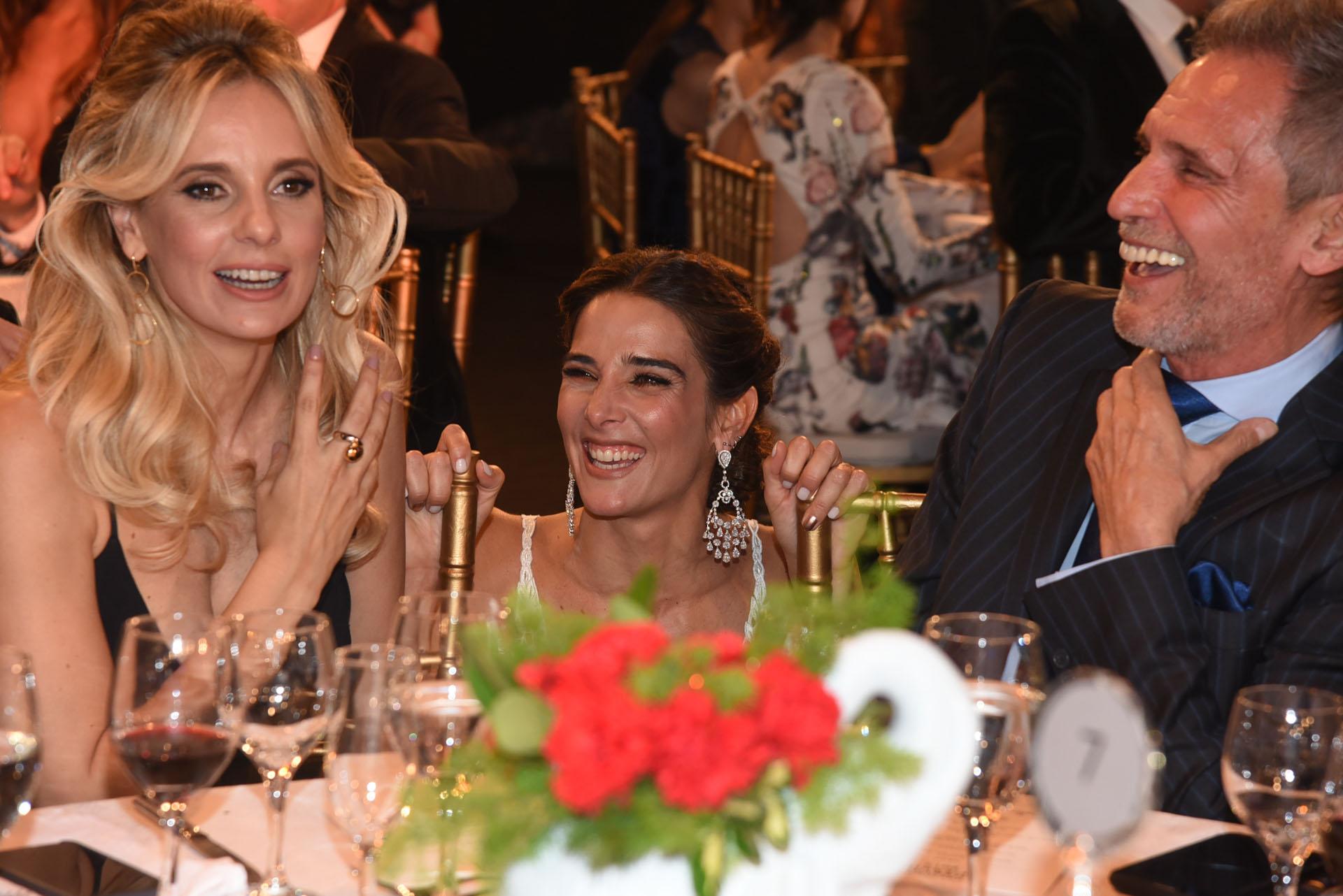 Juana Viale divertida, y agachada, junto a Julieta Cardinali y Raúl Taibo