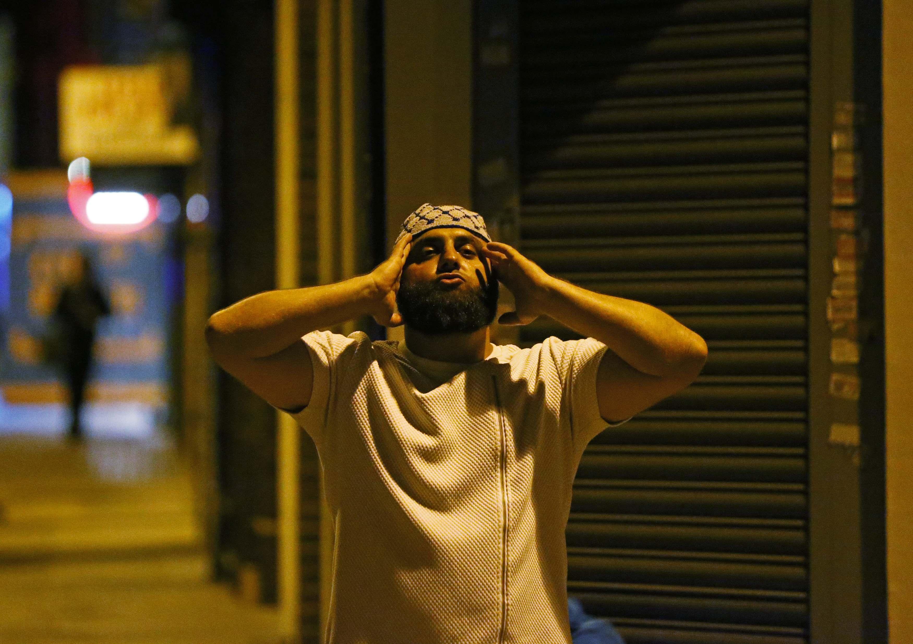 Un hombre reza tras el ataque frente a la mezquita (Reuters)