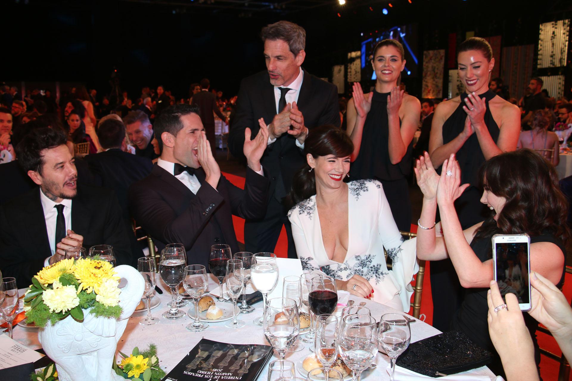 """El elenco de """"Educando a Nina"""" celebra el Martín Fierro para Griselda Siciliani"""