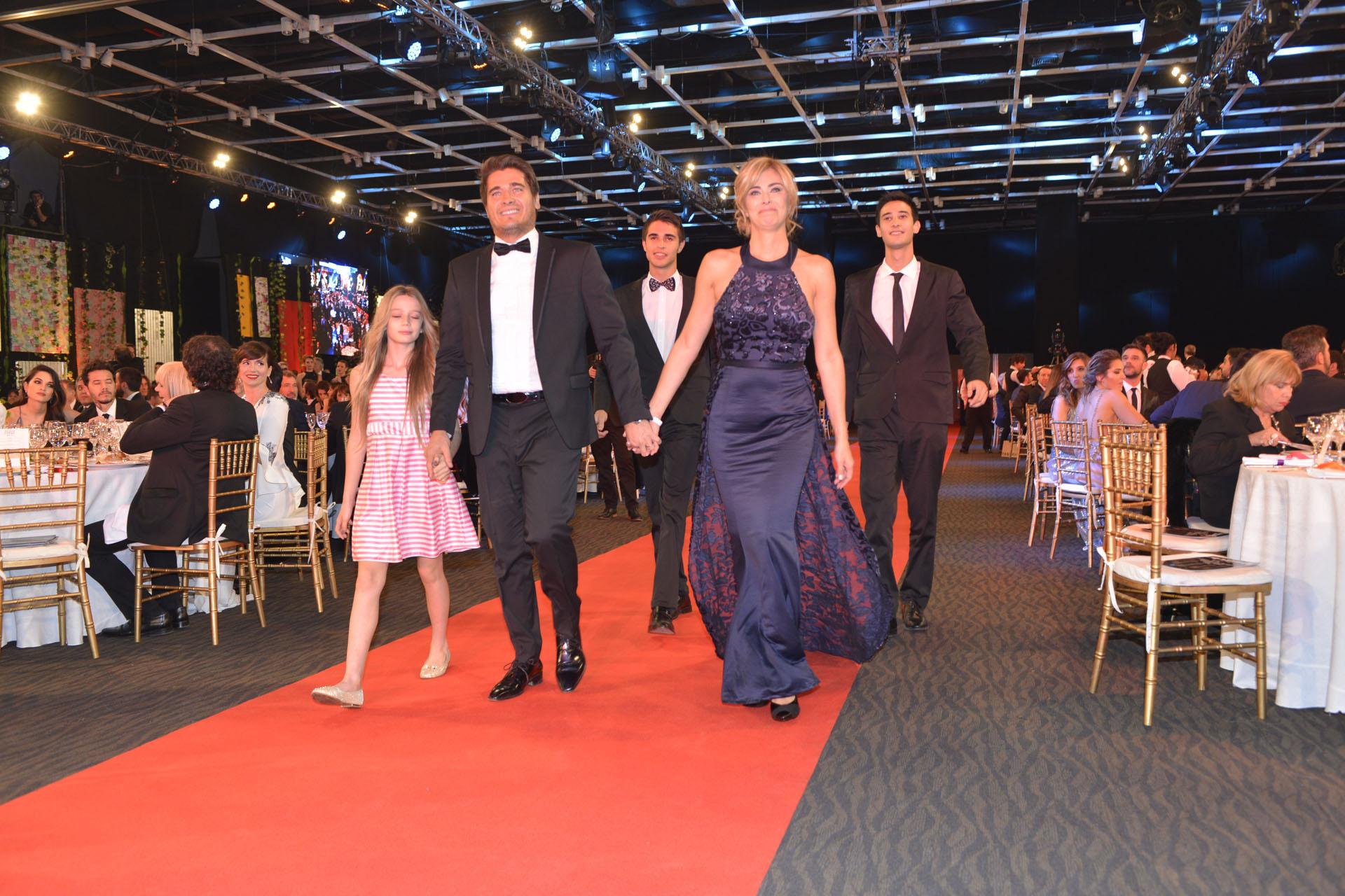 Los hermanos Guiilermo y Marisa Andino con sus hijos en el homenaje a su padre, Ramón Andino