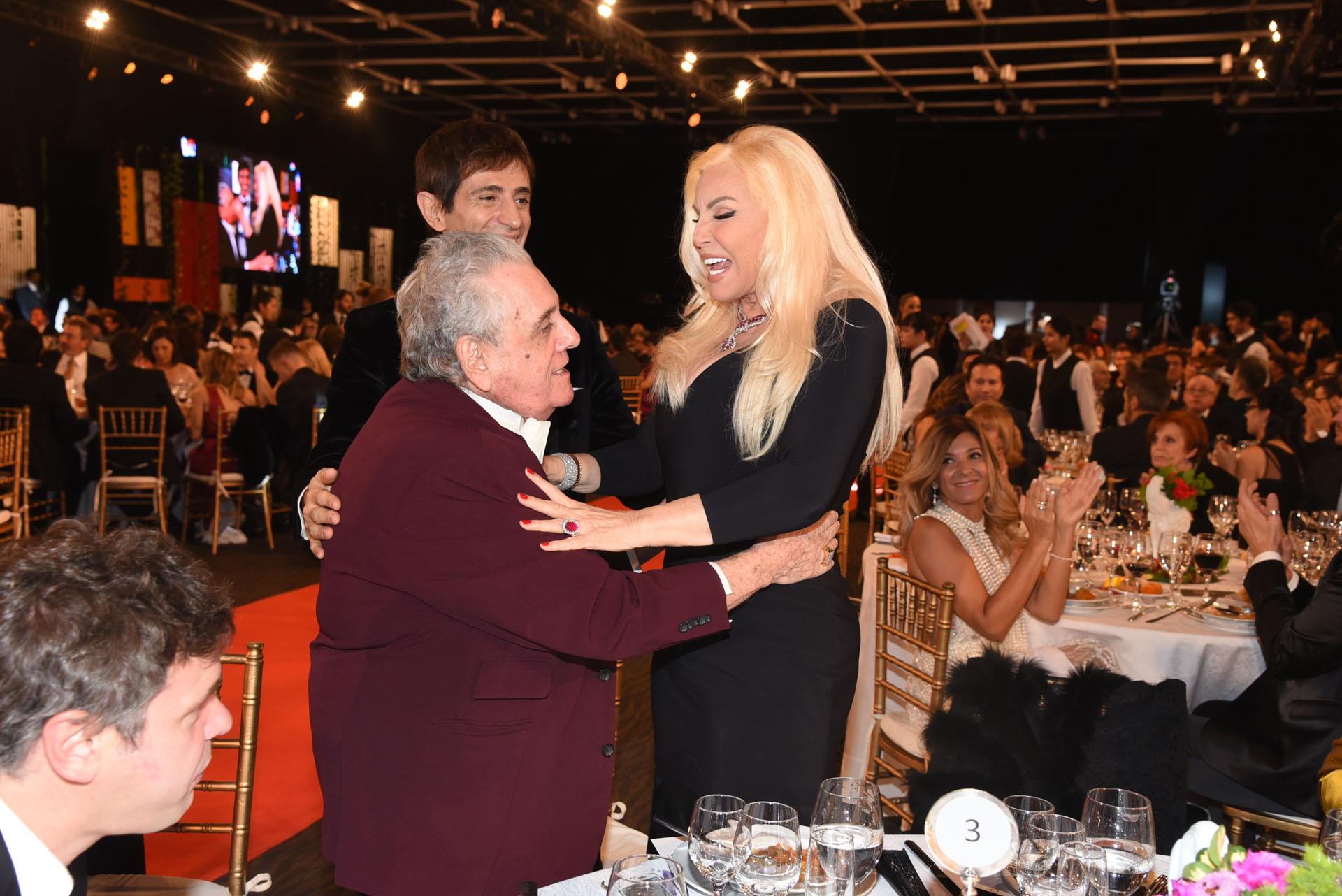 Susana felicita a Antonio Gasalla por su premio