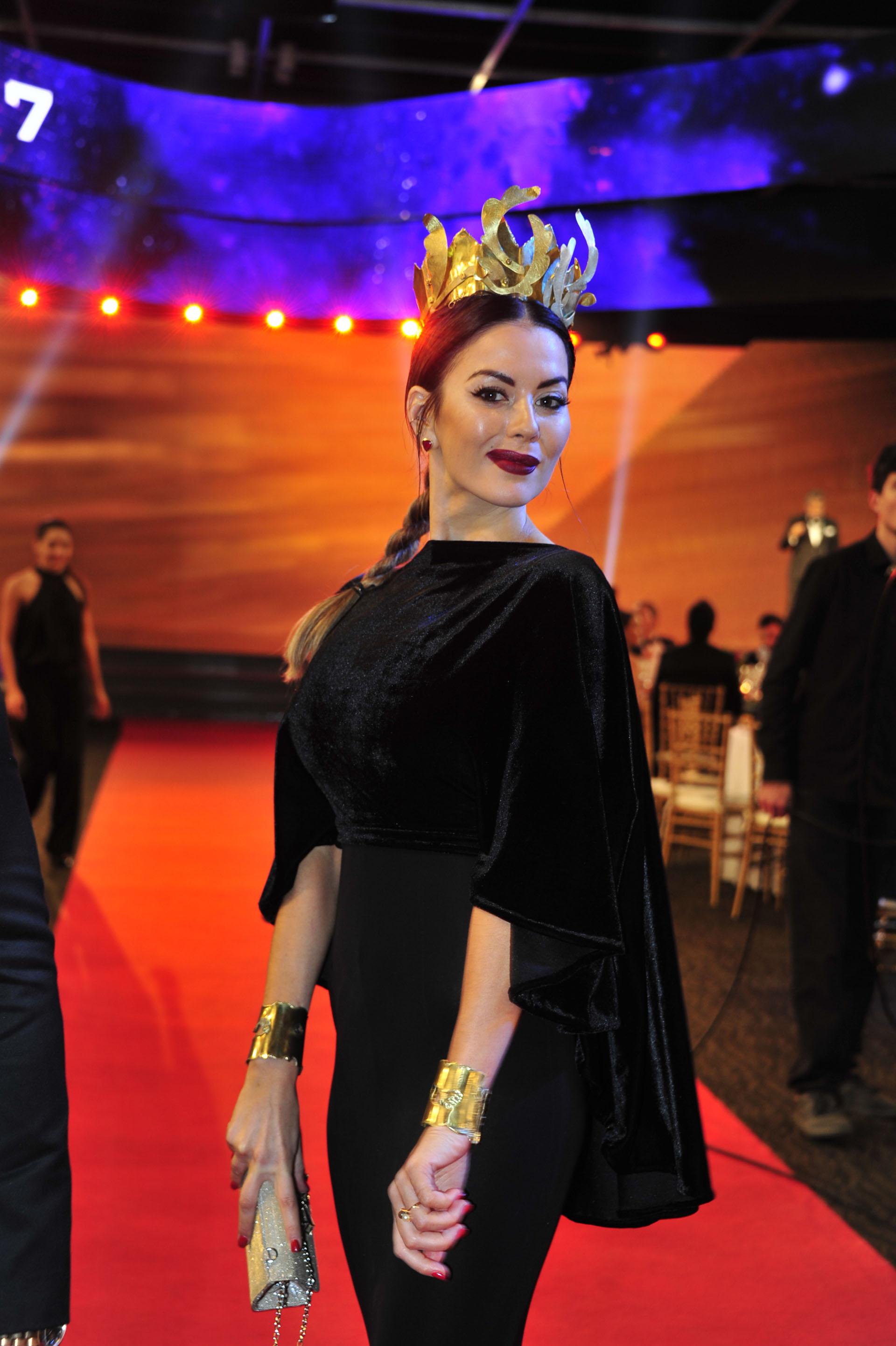 Karina Jelinek con una corona en los Martín Fierro