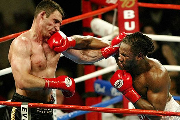 Lennox Lewis durante la pelea para el título de los pesos pesados contra el ruso Vitali Klitschko en 2003 (Reuters/archivo)