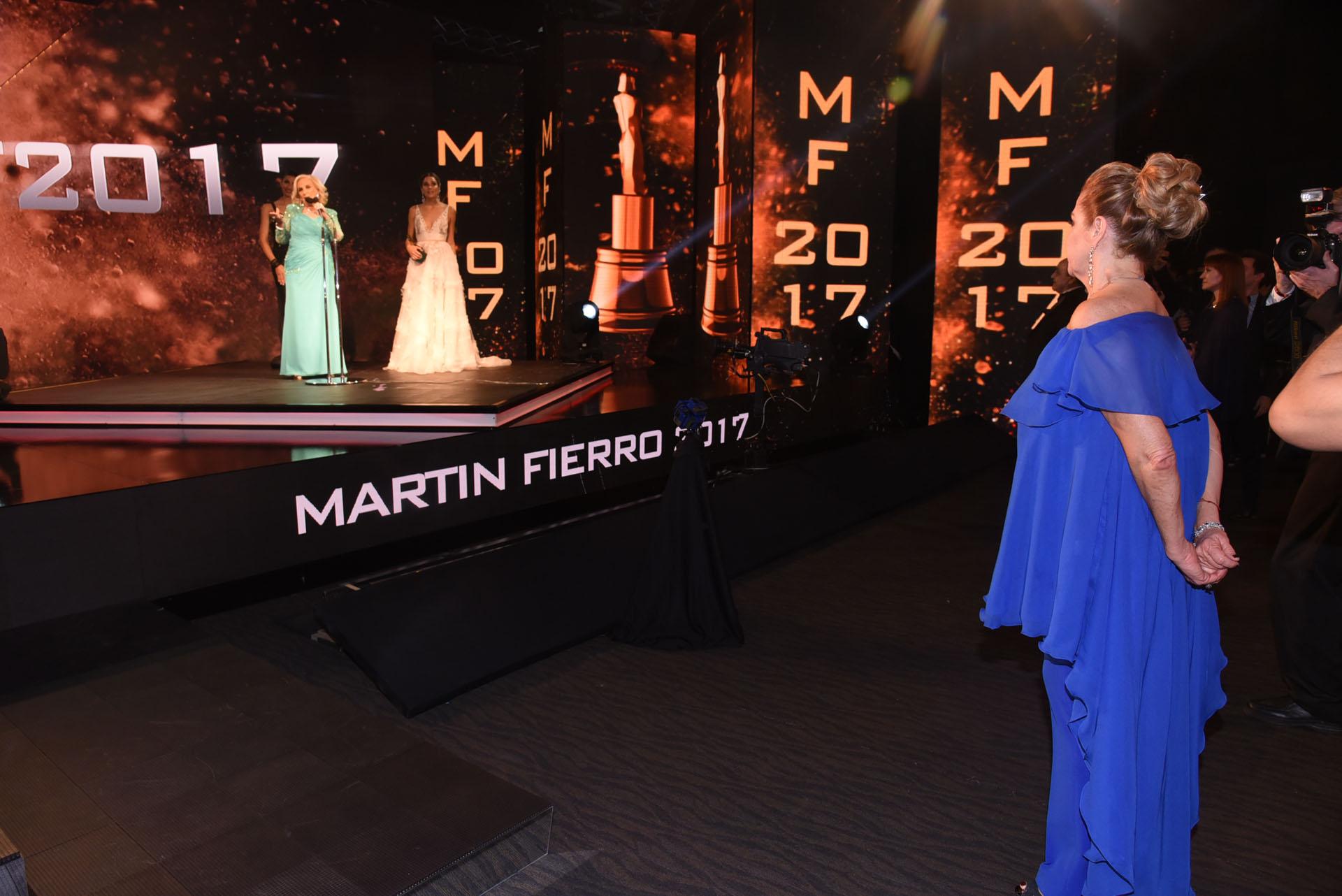 Marcela Tinayre mira desde el pie del escenario a Mirtha Legrand y a Juana Viale