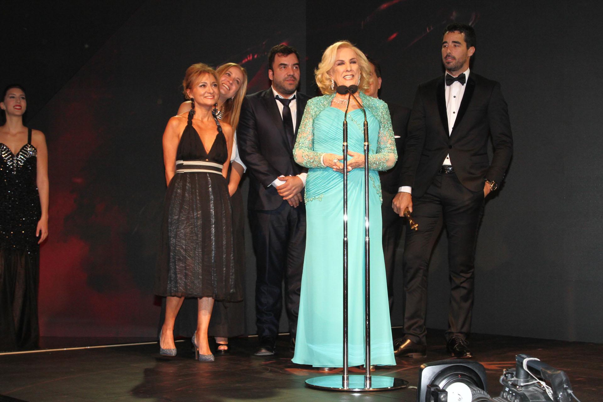 Mirtha Legrand con su equipo de producción