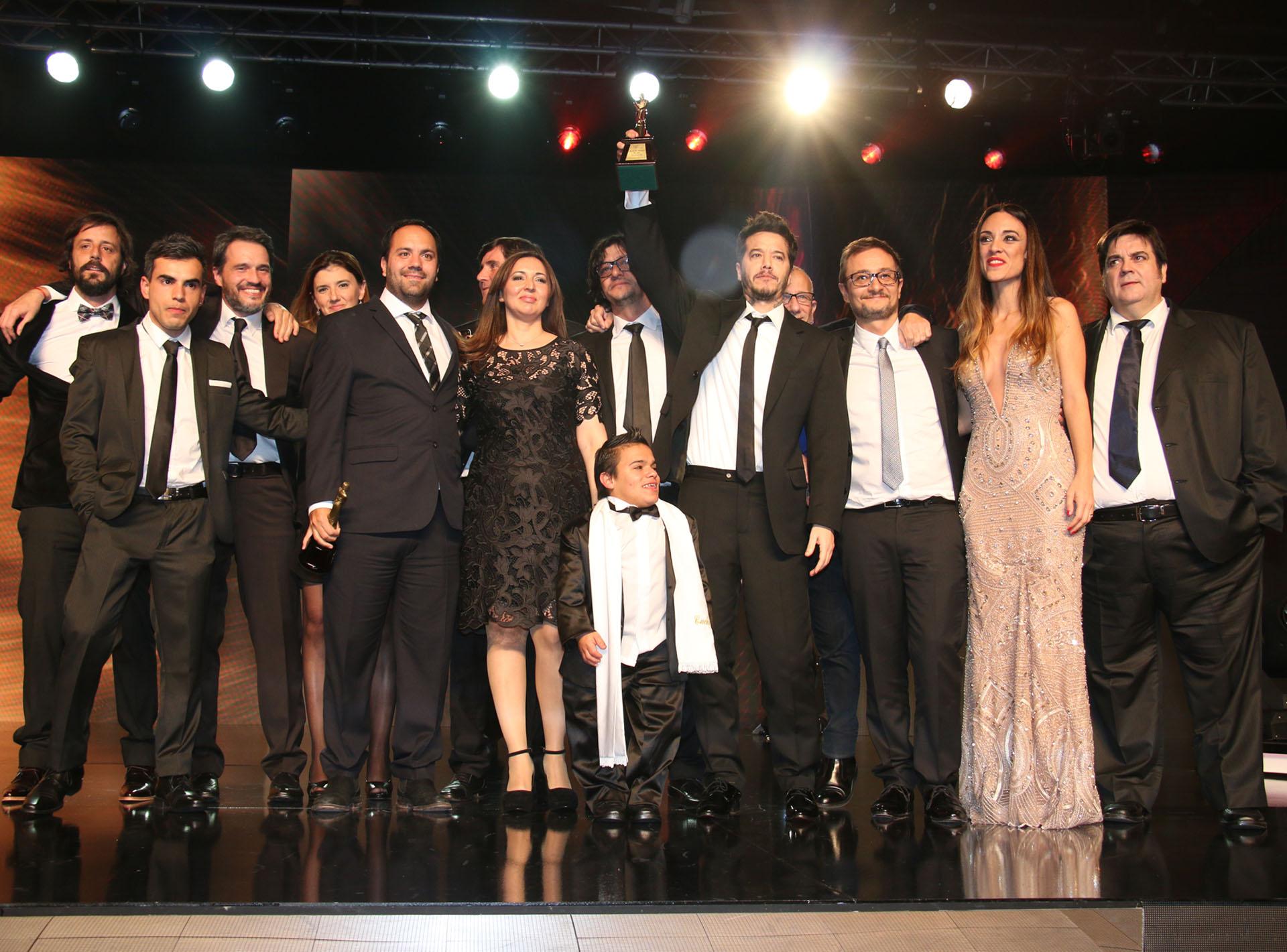 Sebastián Ortega junto a su equipo de El marginal recibiendo el Martín Fierro de Oro