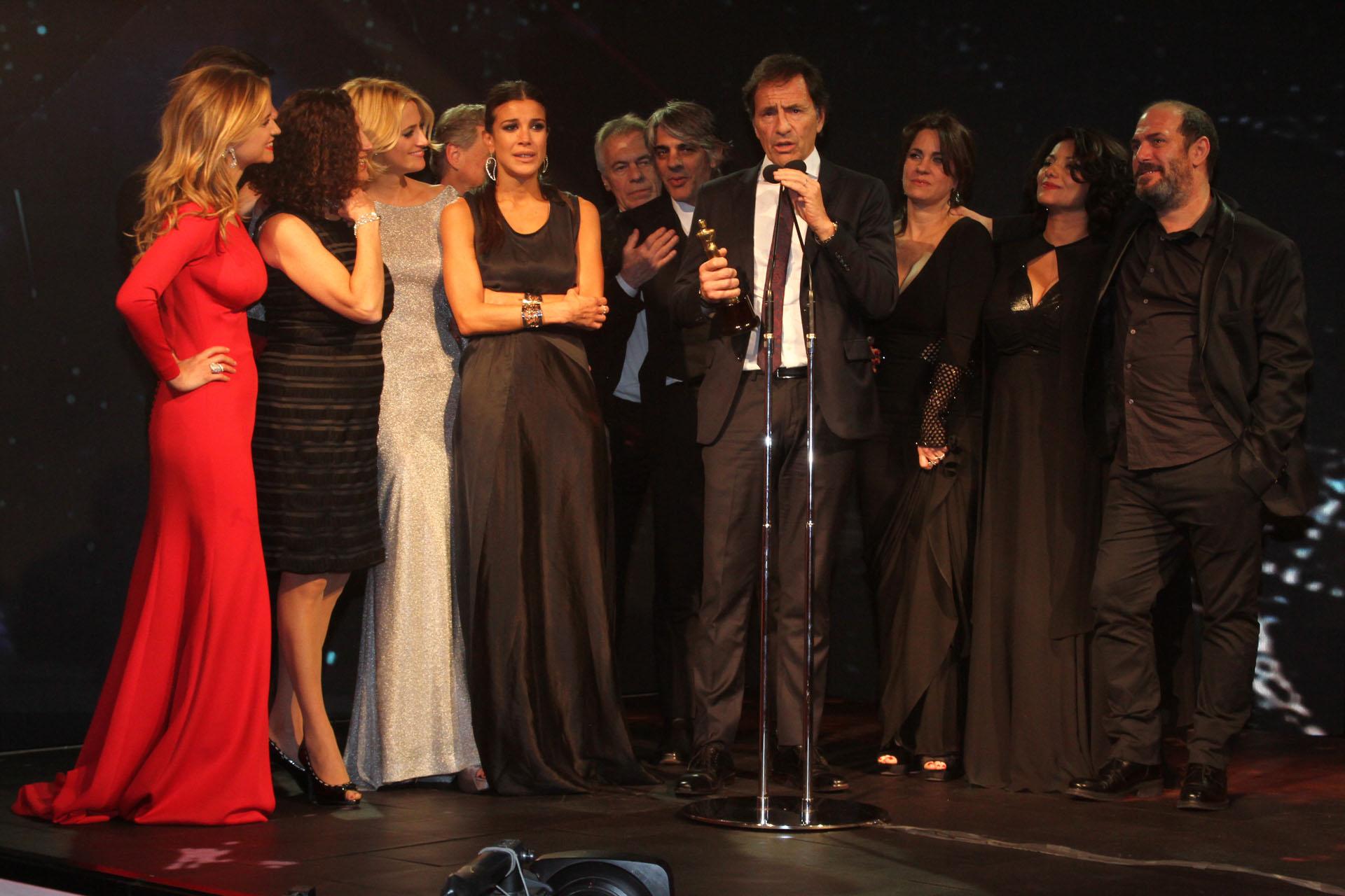 Martín Seefeld junto al elenco de La Leona