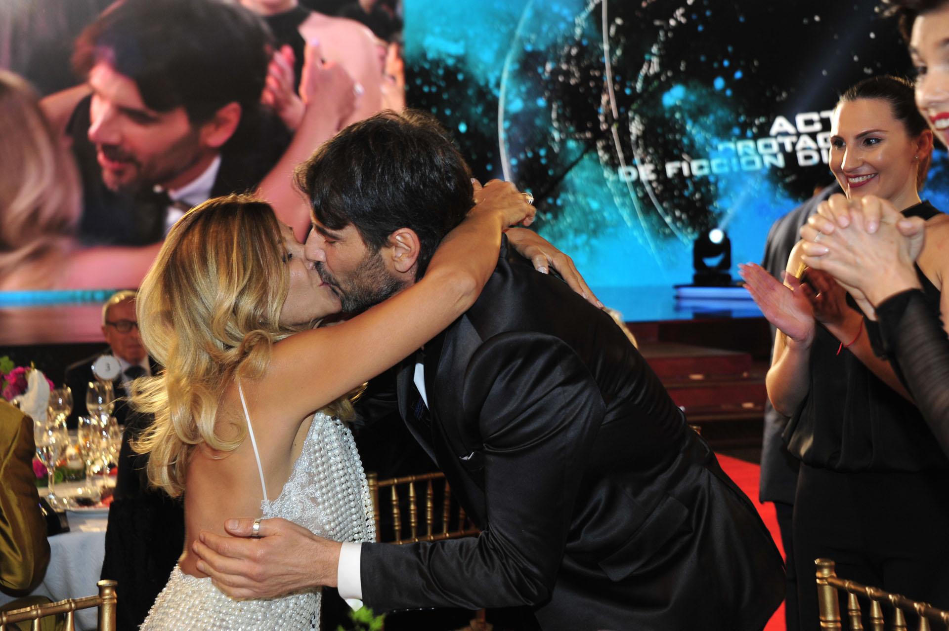 El beso de Juan Darthés con su esposa