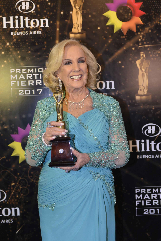 Mirtha Legrand con uno de sus premios