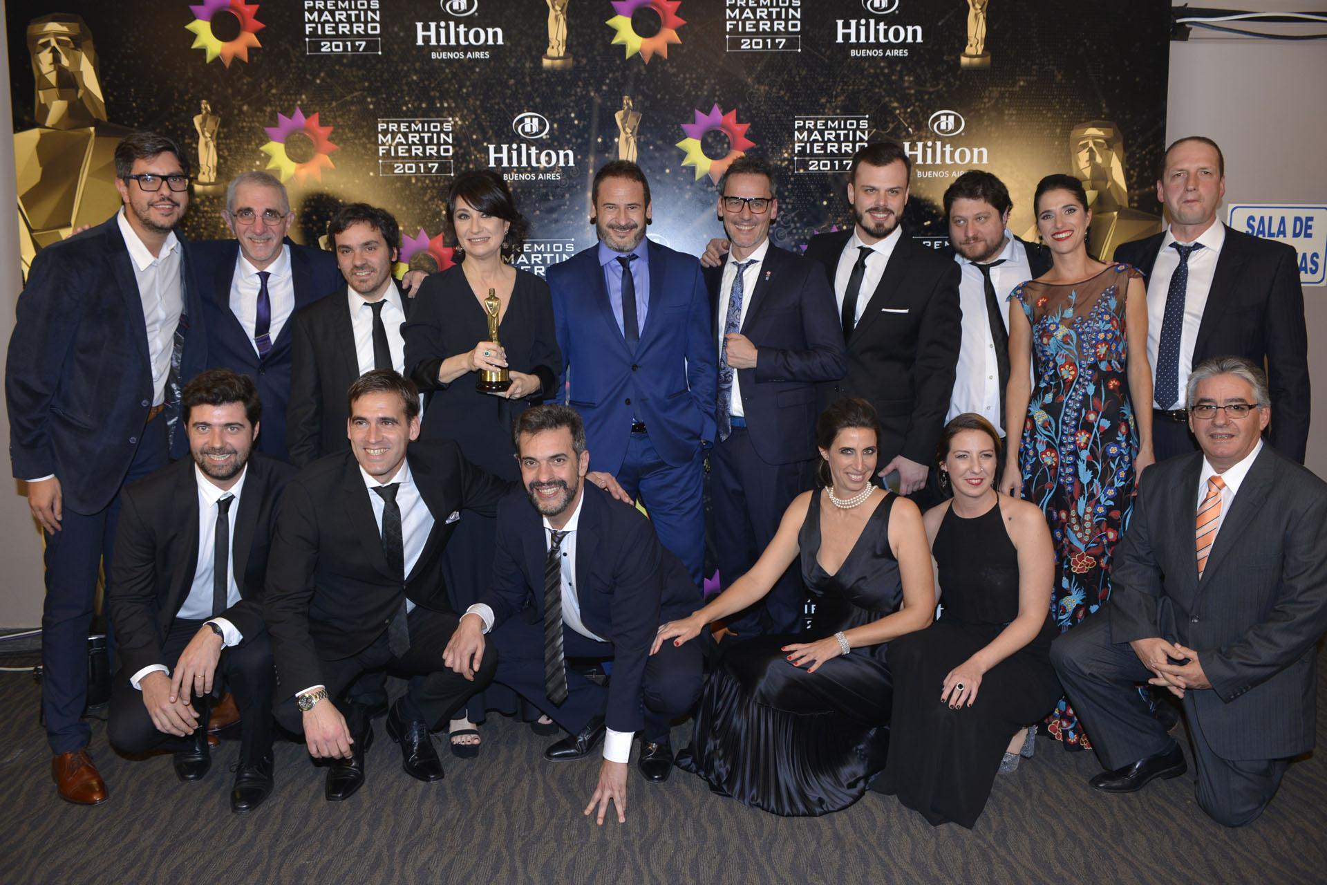 El equipo de Telenoche posando con el premio al Mejor Noticiero