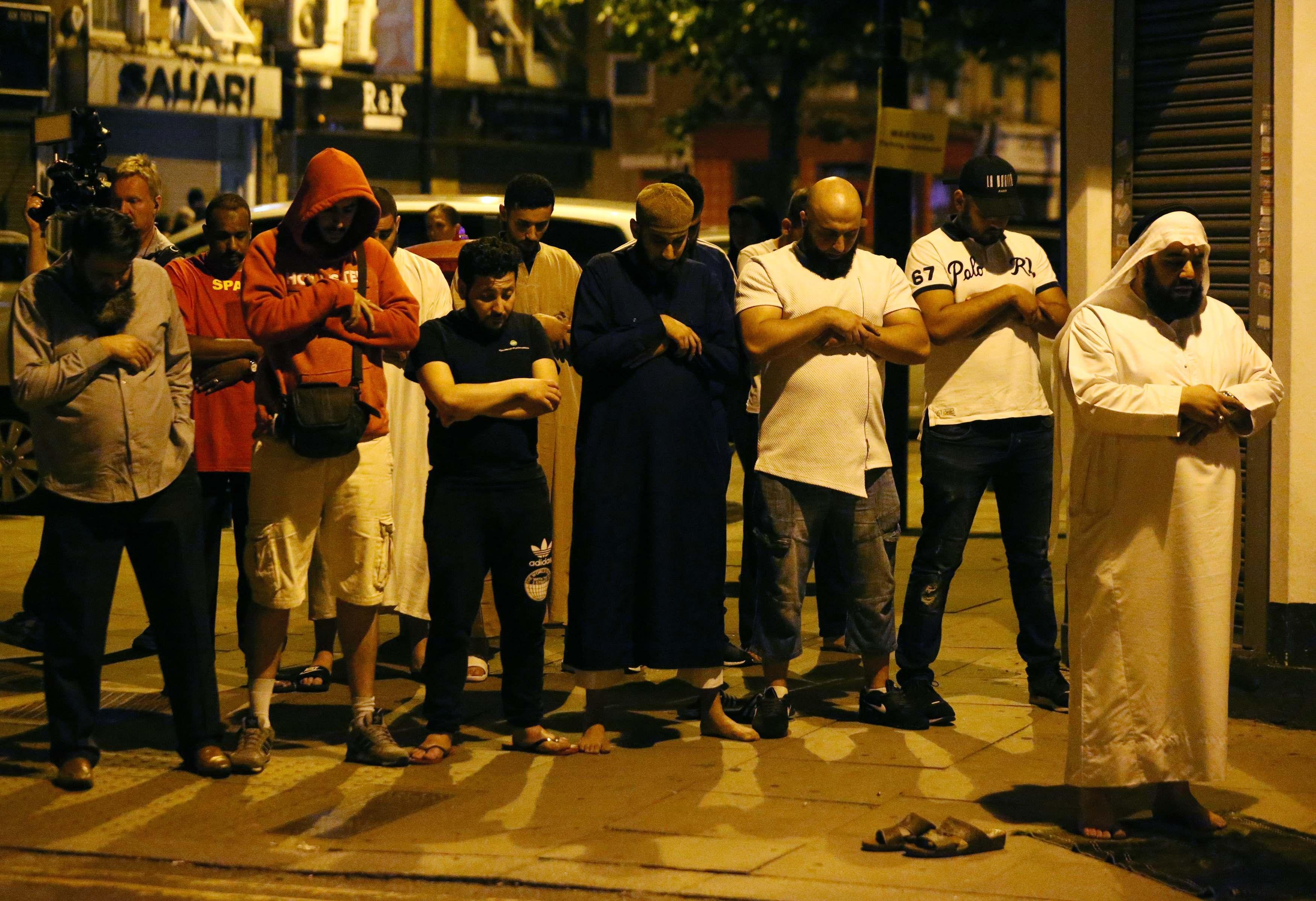 Fieles rezan tras el ataque frente a la mezquita, al norte de Londres (Reuters)