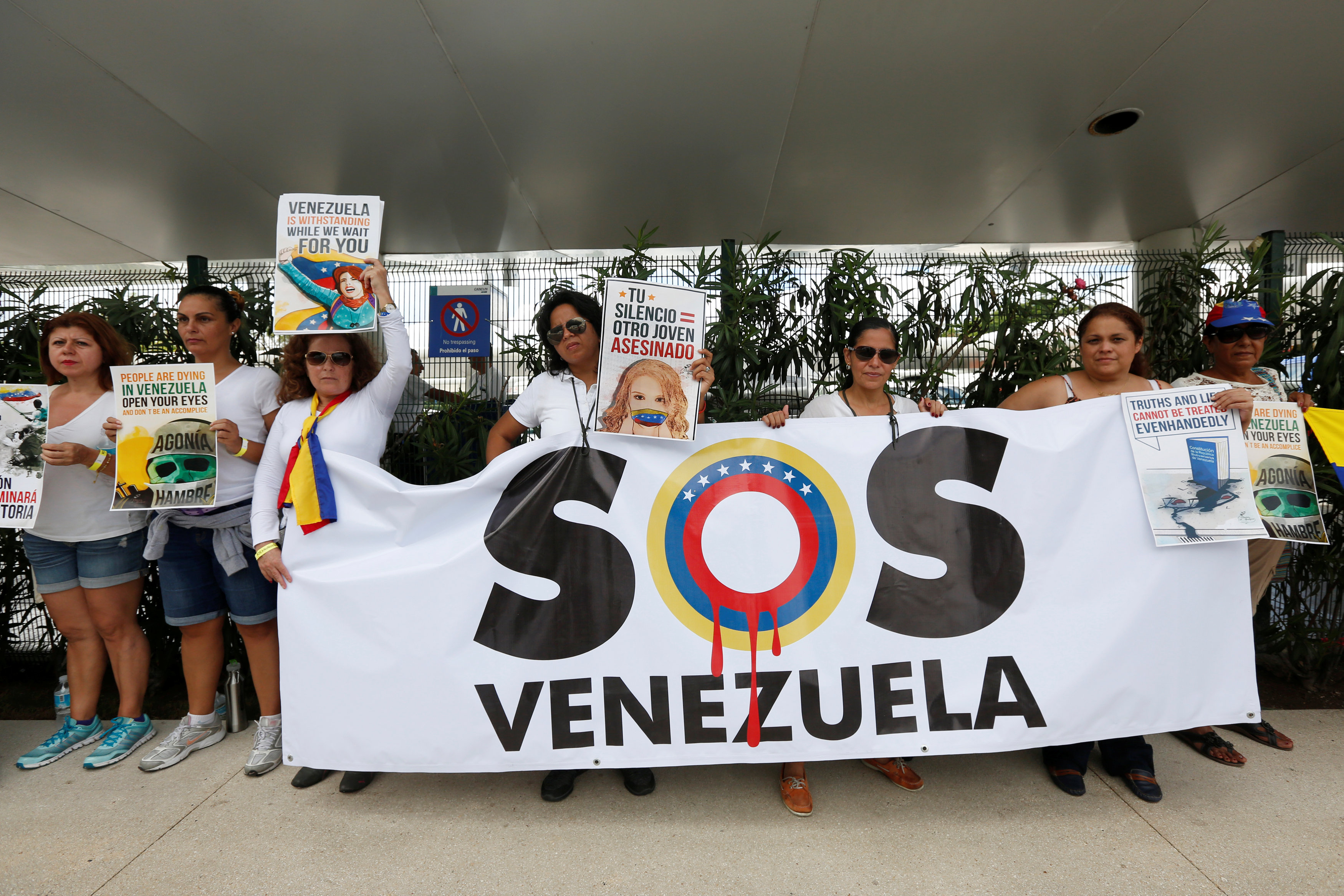 Venezolanos protestan contra el régimen chavista antes de la Asamblea General de la OEA en Cancún (Reuters)