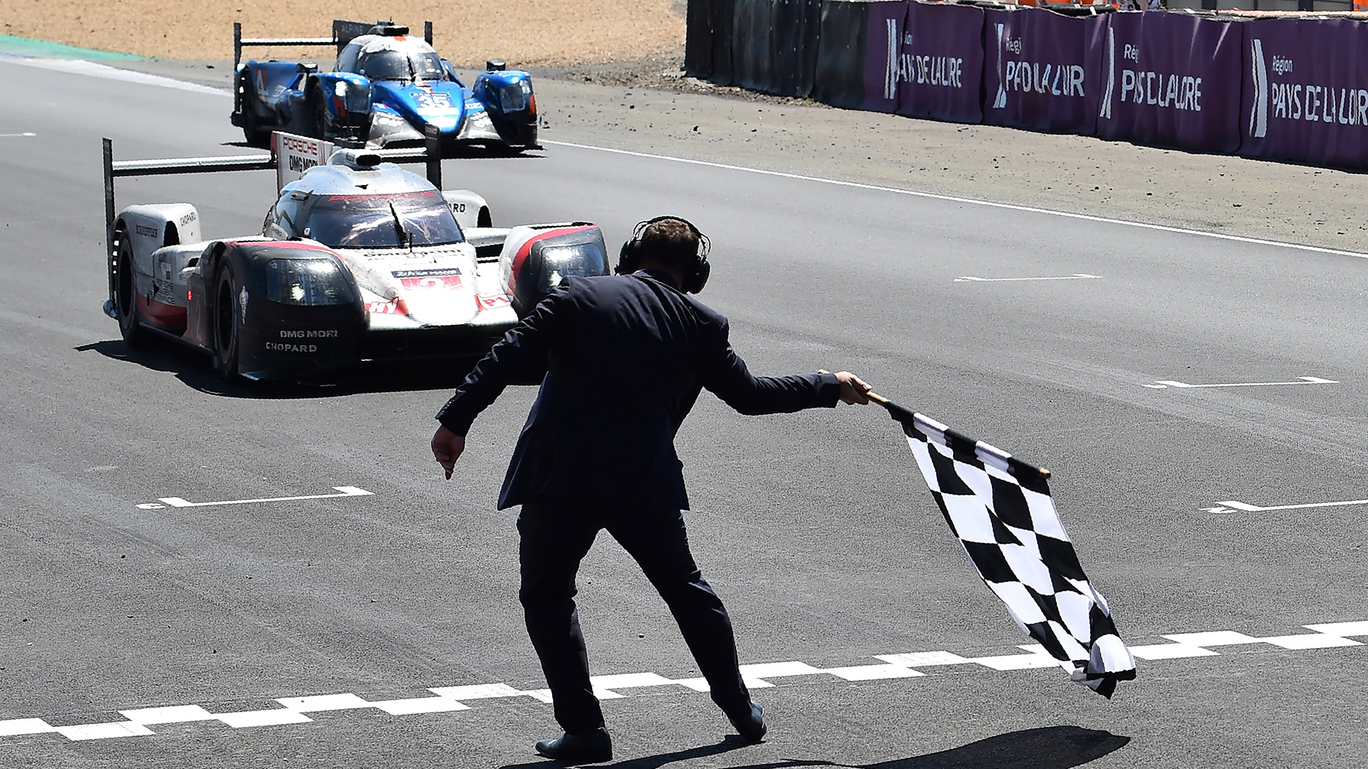 El alemán Timo Bernhard cruza la línea de llegada en su Porsche 919 Hybrid N°2 para ganar la 85° edición de las 24 horas de Le Mans en Francia(AFP)