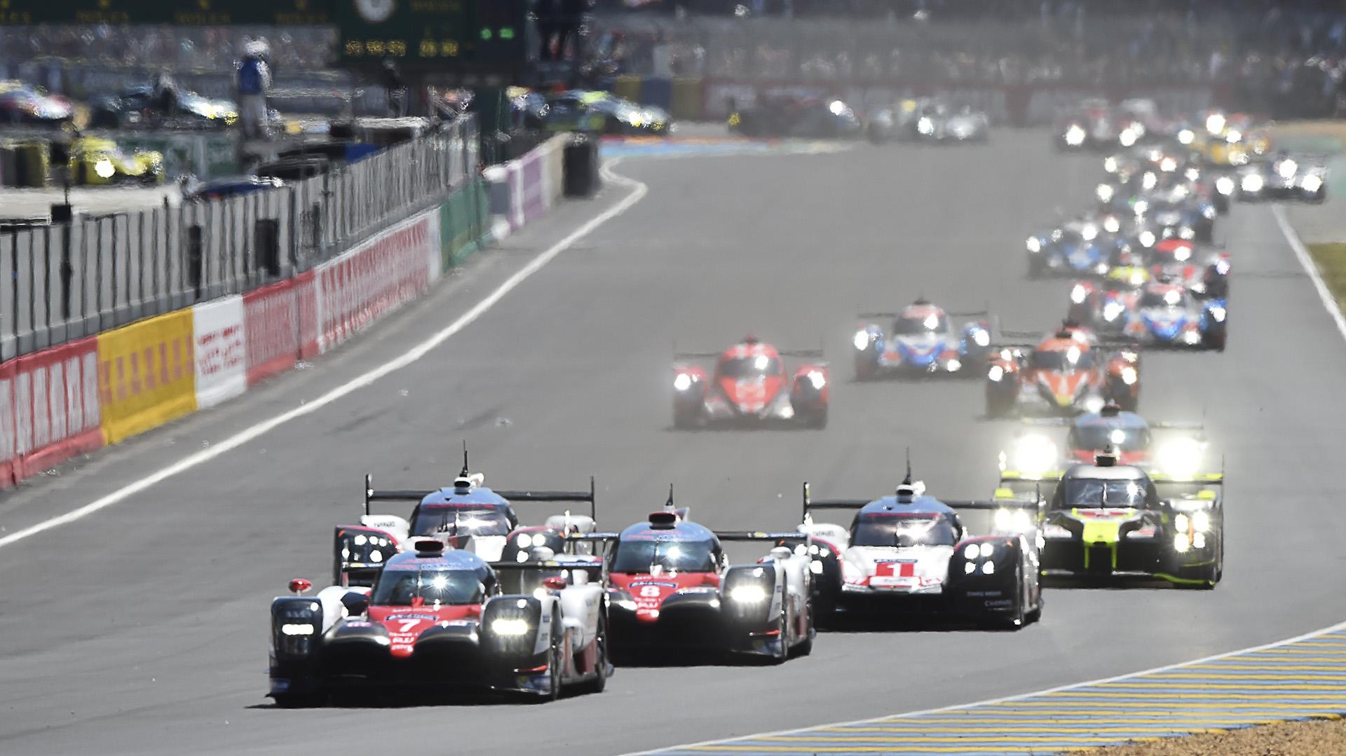 El piloto británico Mike Conway encabeza la fila de autos a bordo de su Toyota TS050 Hybrid N°7, por delante de Sebastien Buemi y Neel Janien el comienzo de la85° edición de las 24 horas de Le Mans(AFP)