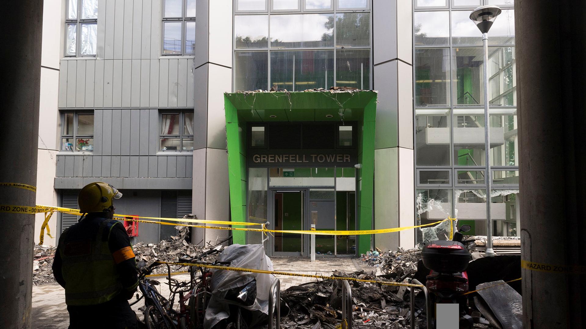 El frente de la torre residencial Grenfell Tower en el barrio de Kensington, cercada por los servicios de emergencia (Reuters)