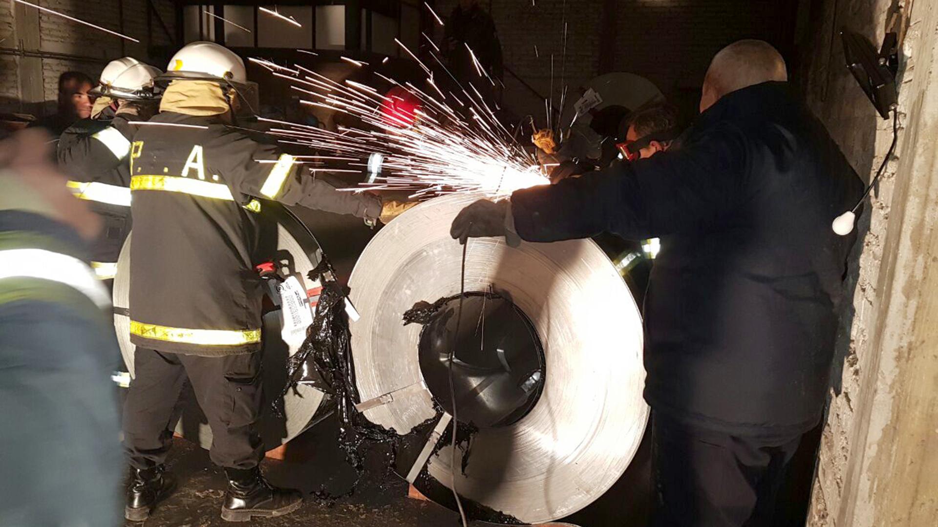 Los bomberos estuvieron a cargo del corte de los recipientes.